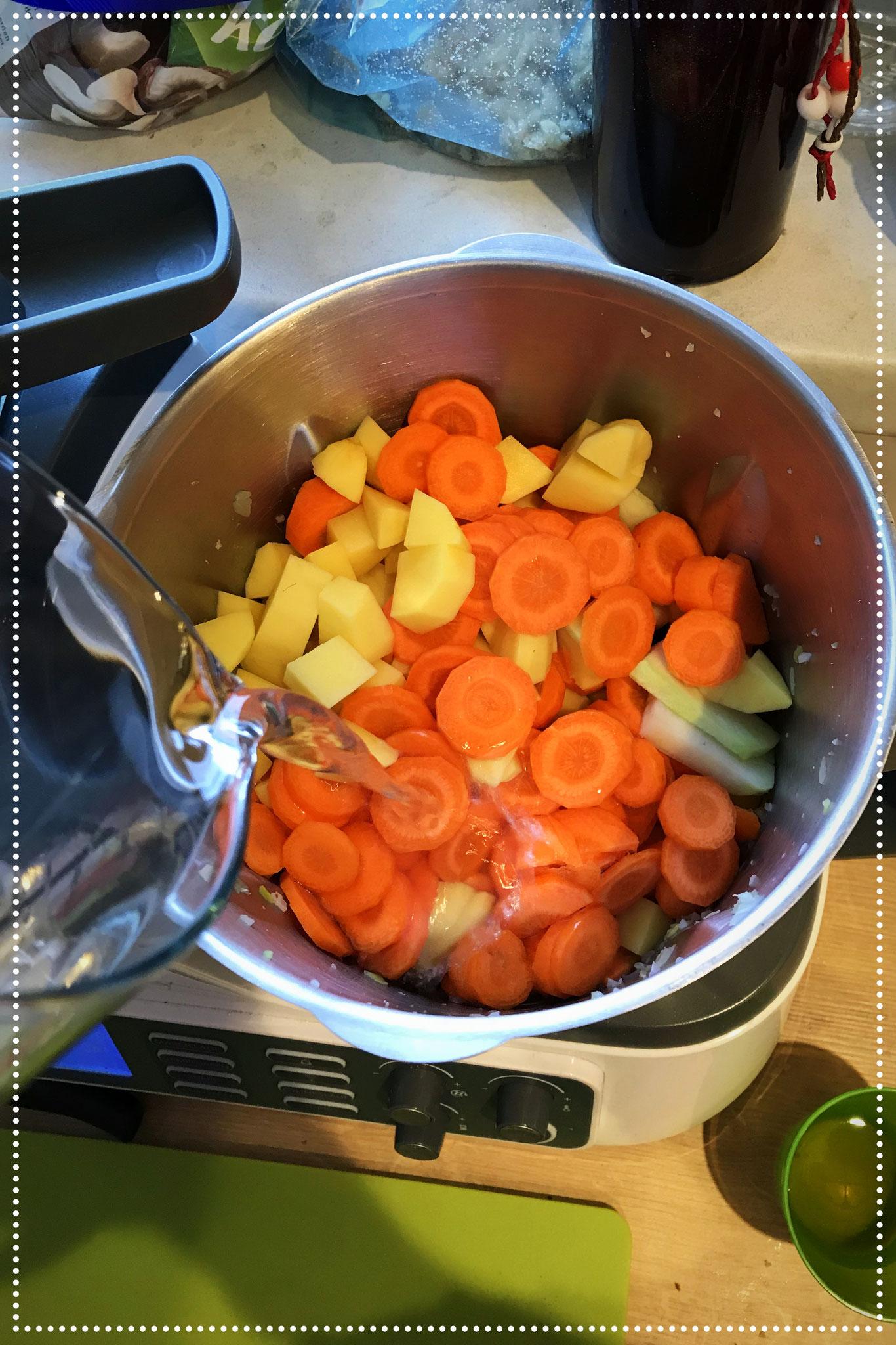 Wasser und Gemüsebrühpulver hinzugeben.