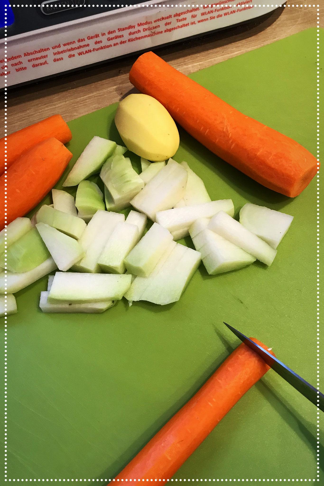 Restliches Gemüse klein schneiden.