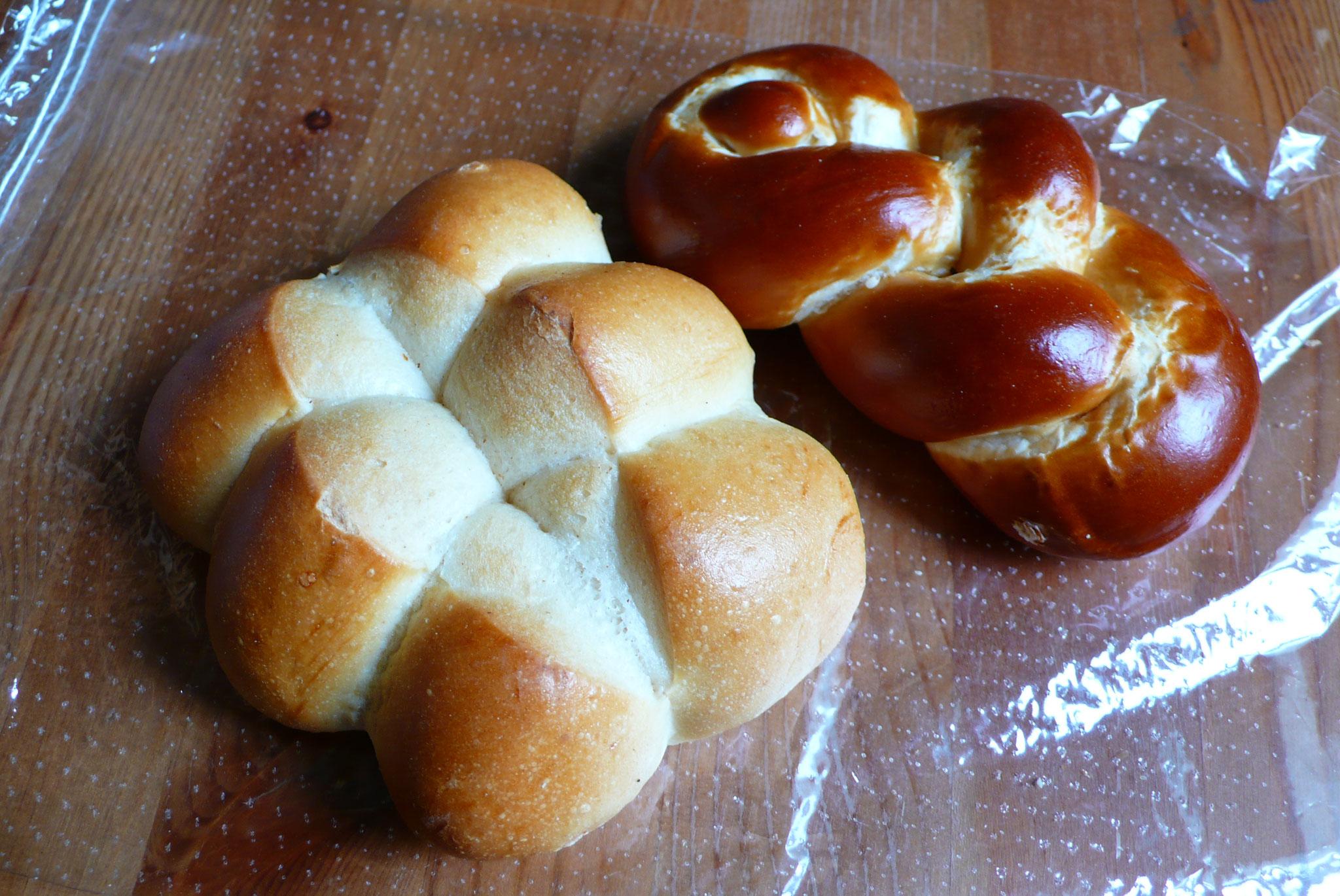 左)スイスの食事パン テッシーナ・ブロート 右)プレッツェル仕立ての編みパン