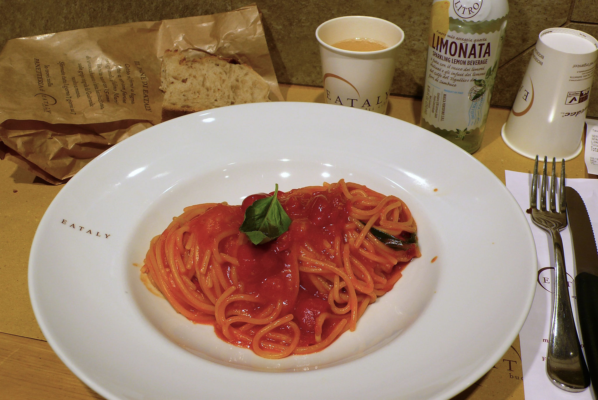 EATALY のレストランにて トマトソースのスパゲッティ