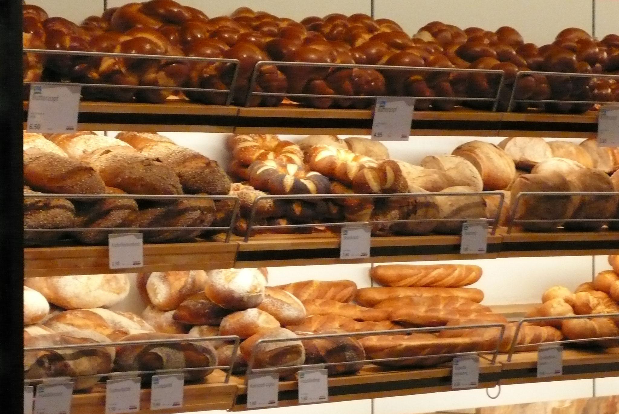 スーパーに入っているベーカリーでもパンの種類の多さ