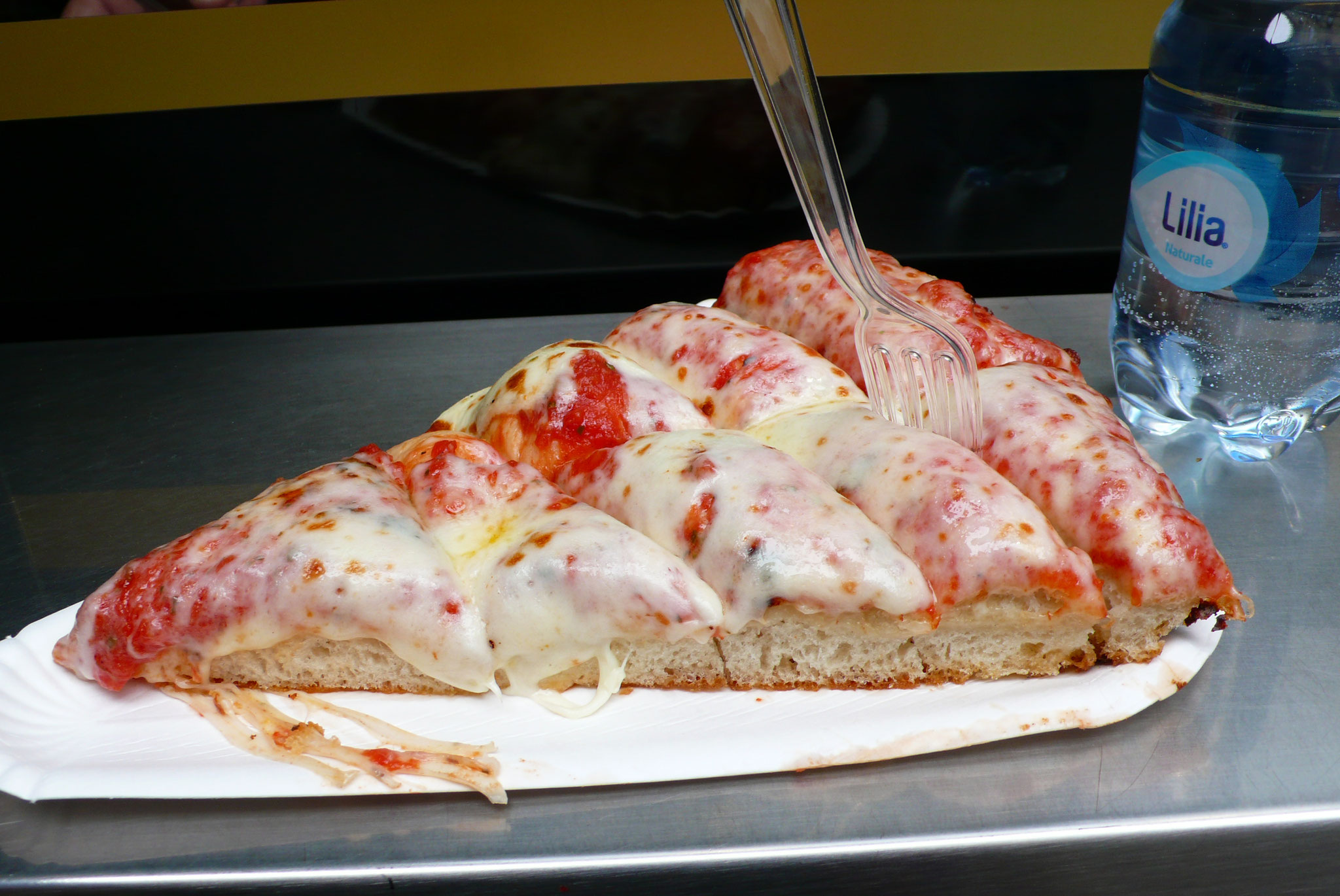 いつも行列の絶えないSPONTINIのスライス・ピザ