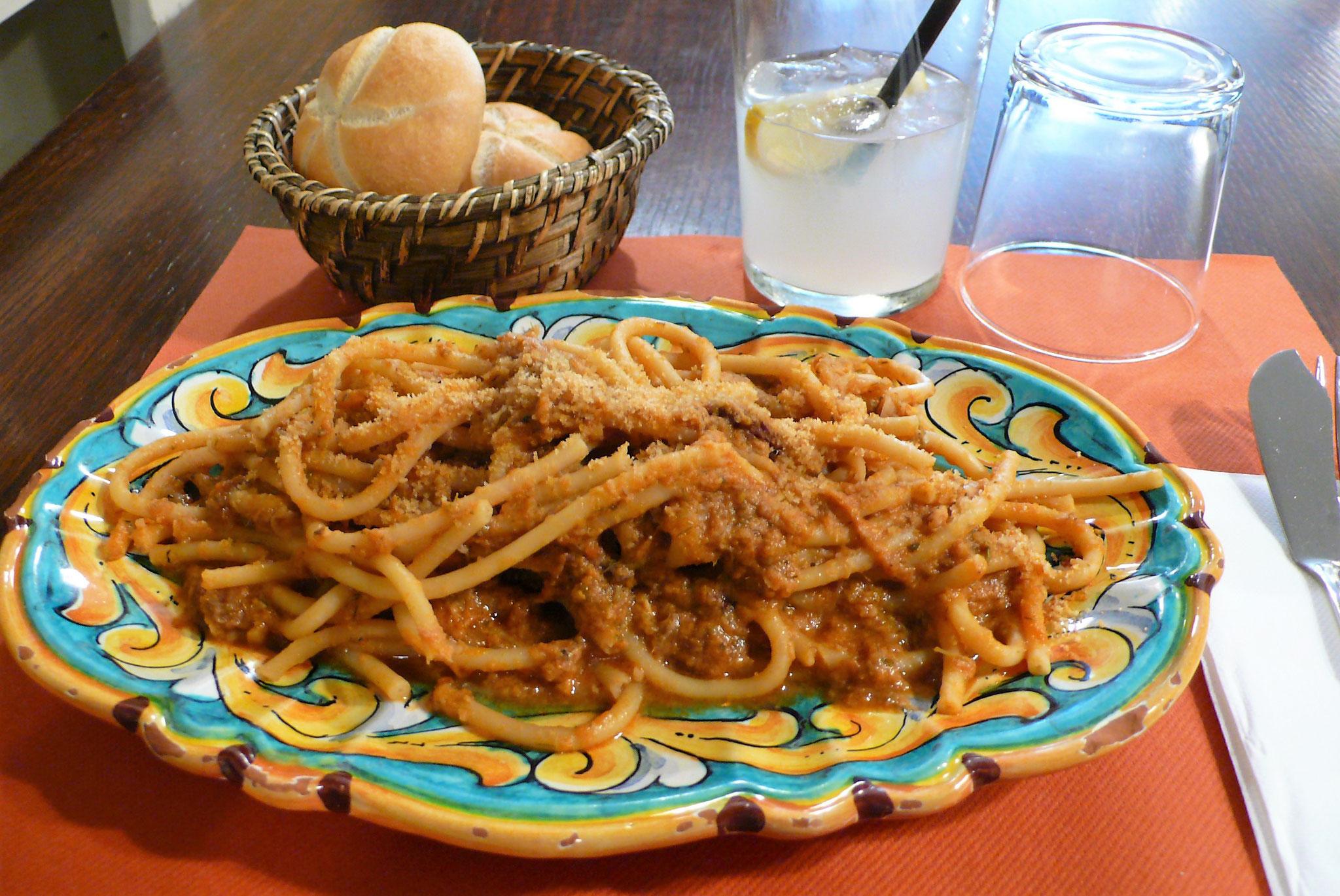 滞在したホテル近くのシチリア料理店にて イワシのソースのブカティーニ