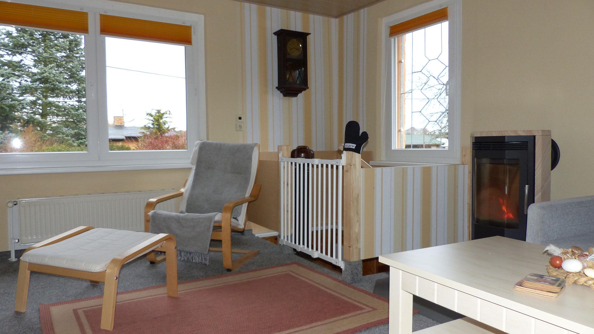 Wohnzimmer mit Treppe zum Untergeschoss