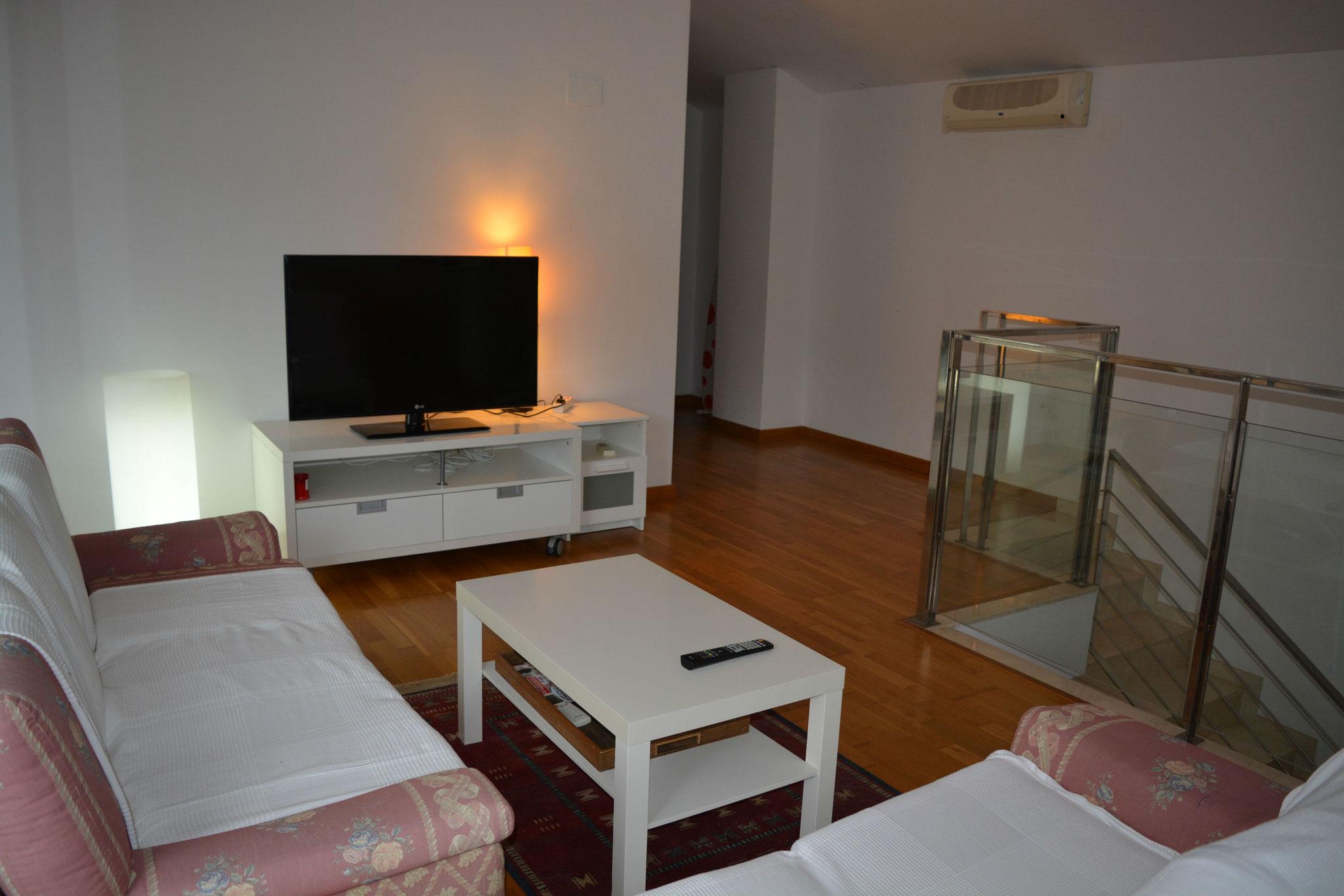 estudio con salón dos camas y terraza con solario