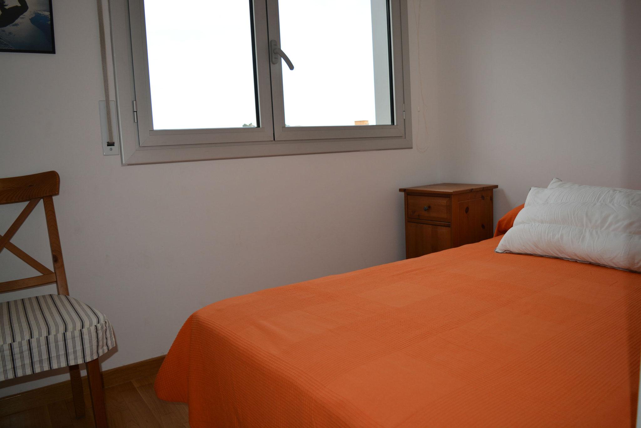 dormitorio de matrimonio con cama de 120