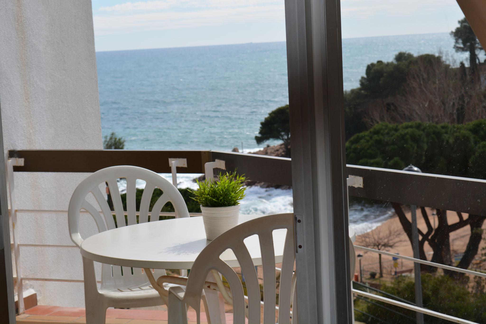 Terrasse avec vue sur la plage Cala Salionç