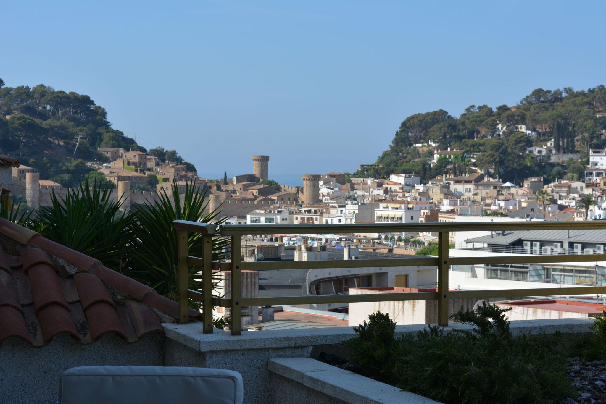 Terrasse avec vue sur le château et la mer