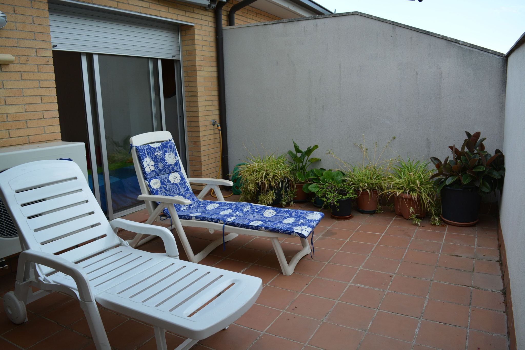 terraza con dos tumbonas
