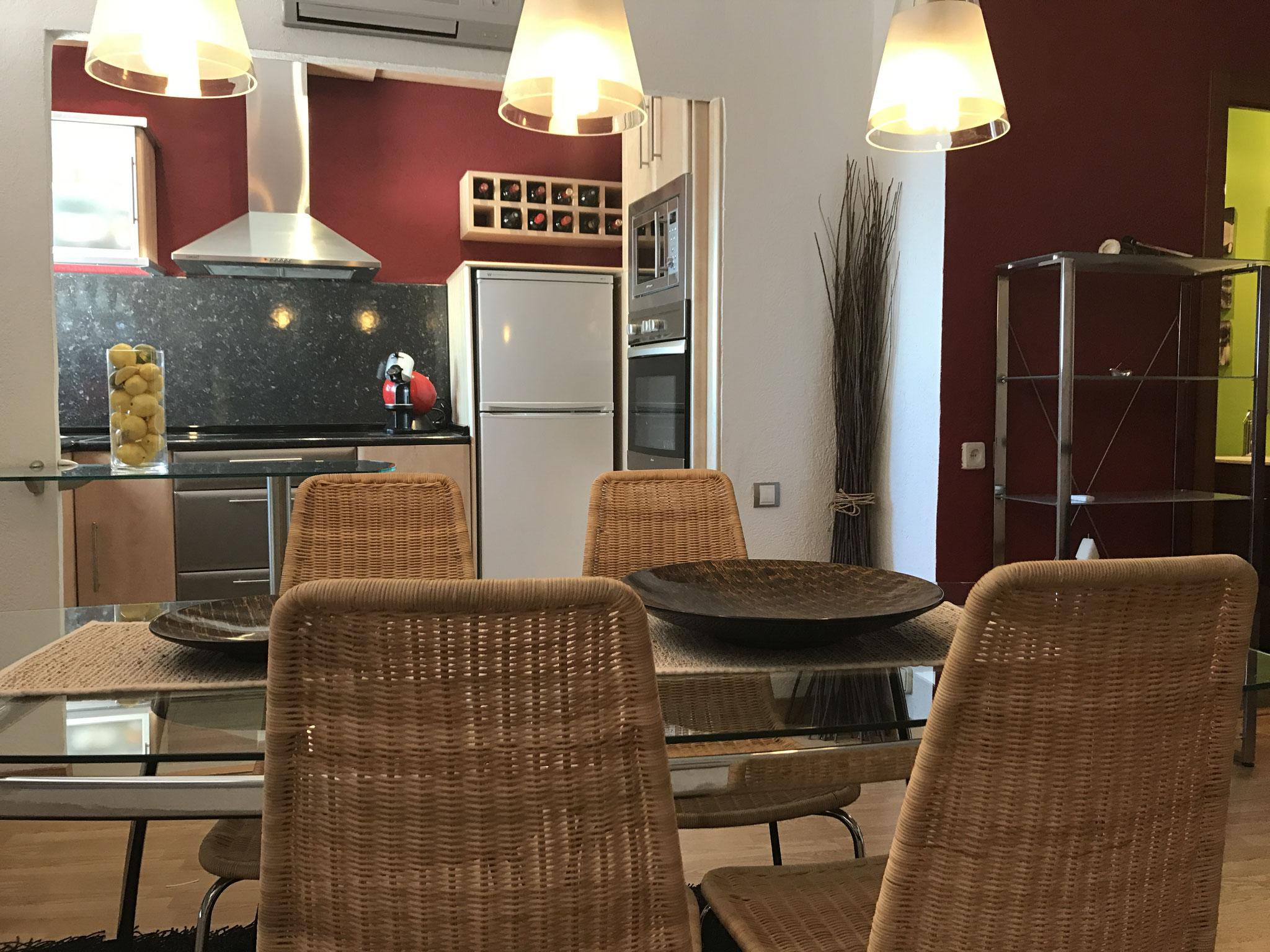 Salle à manger dans le coin cuisine