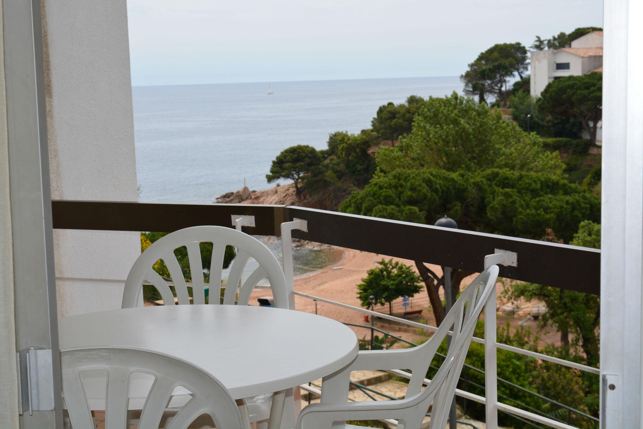Terrasse avec vue sur la plage Cala Salionçe