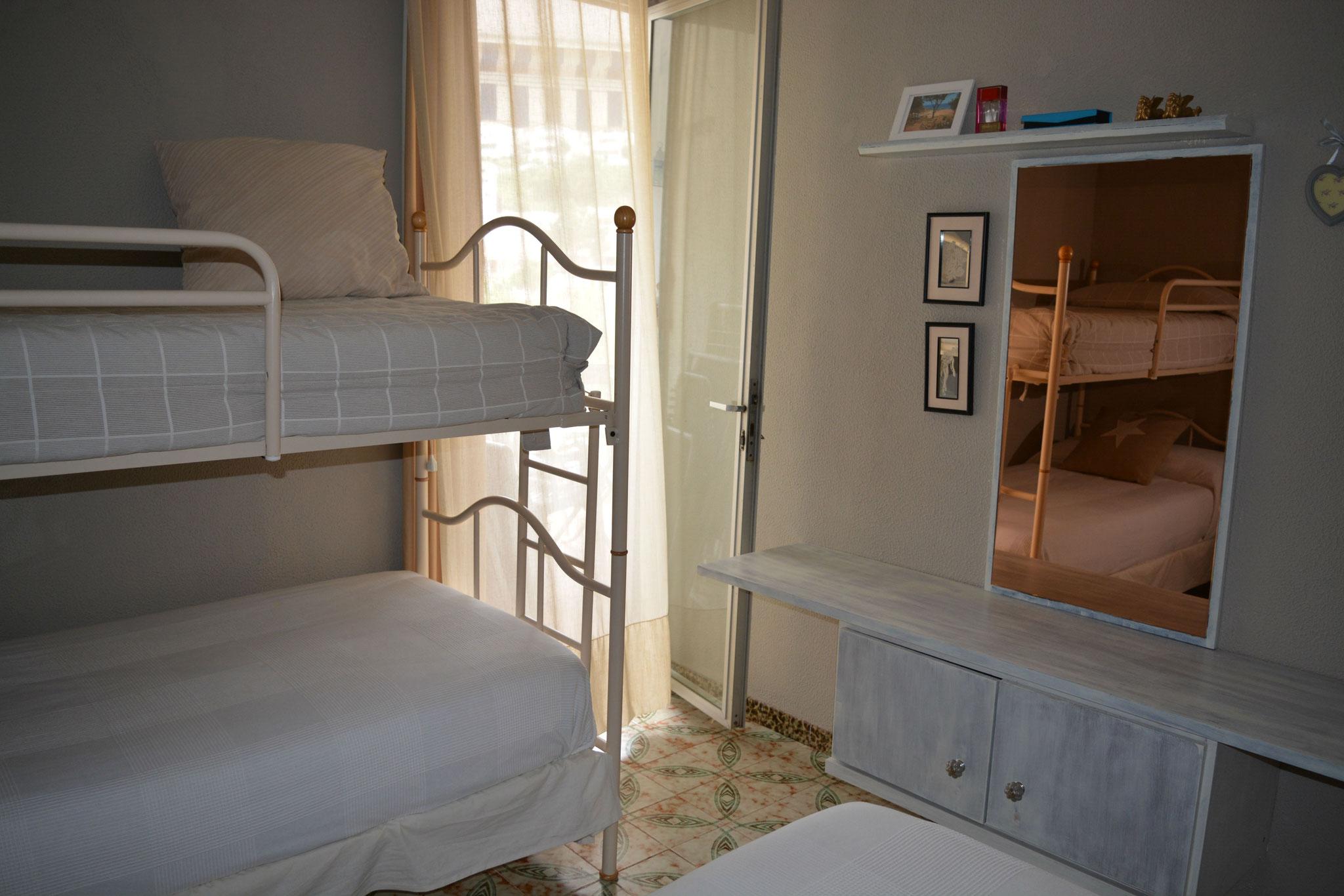 Chambre avec trois lit simple