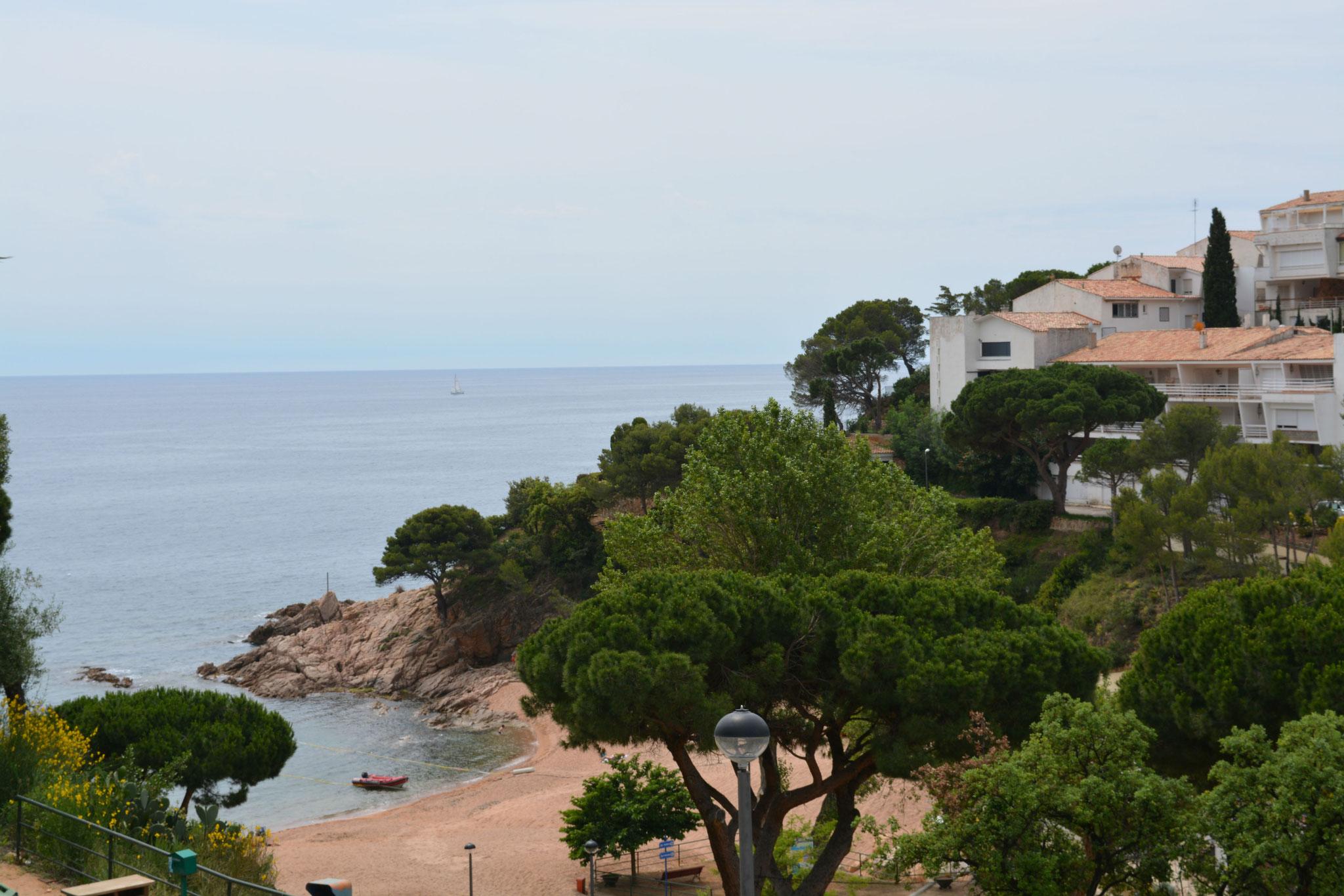 La vue sur la plage depuis la terrasse de l'appartement