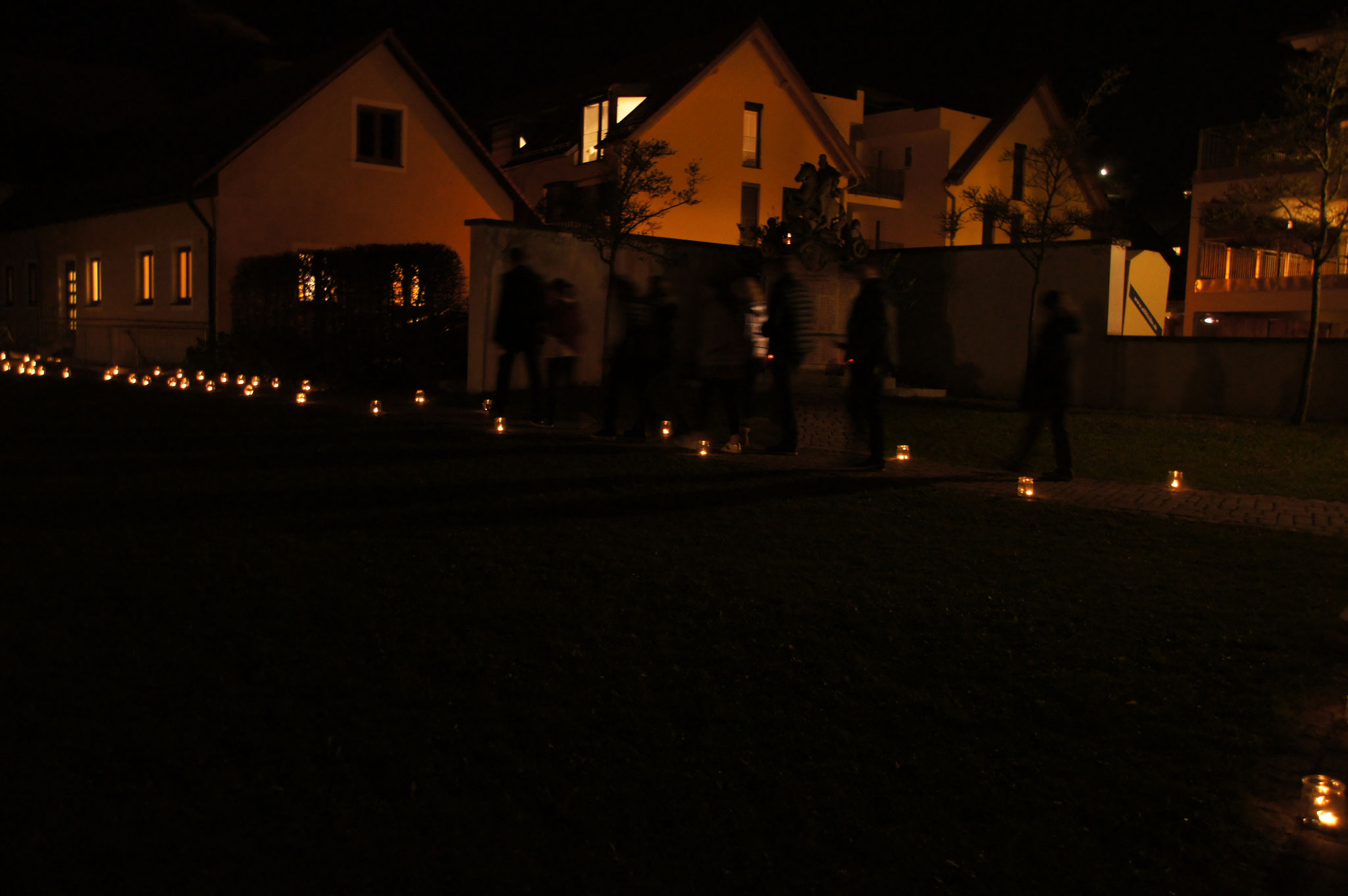 Lichter geleiten uns ins Pfarrheim... zu leckeren Knabbereien und GEMEINSCHAFT! :D