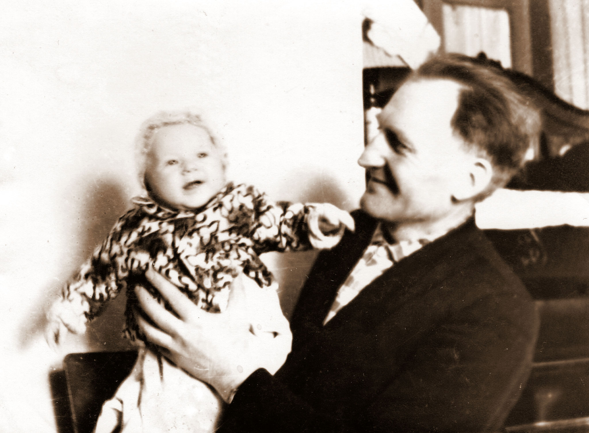 Jakob Schütz mit seiner Enkeltochter, 1967