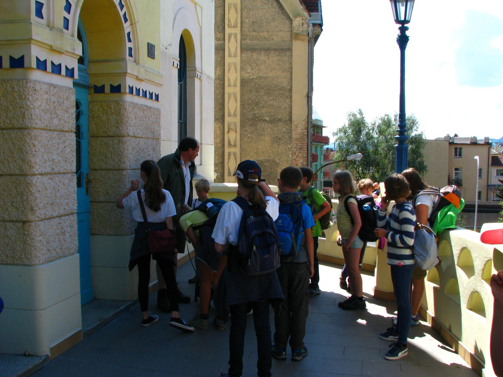 Ankunft an der Synagoge von Dećin, und Vortrag von Herrn Hermann