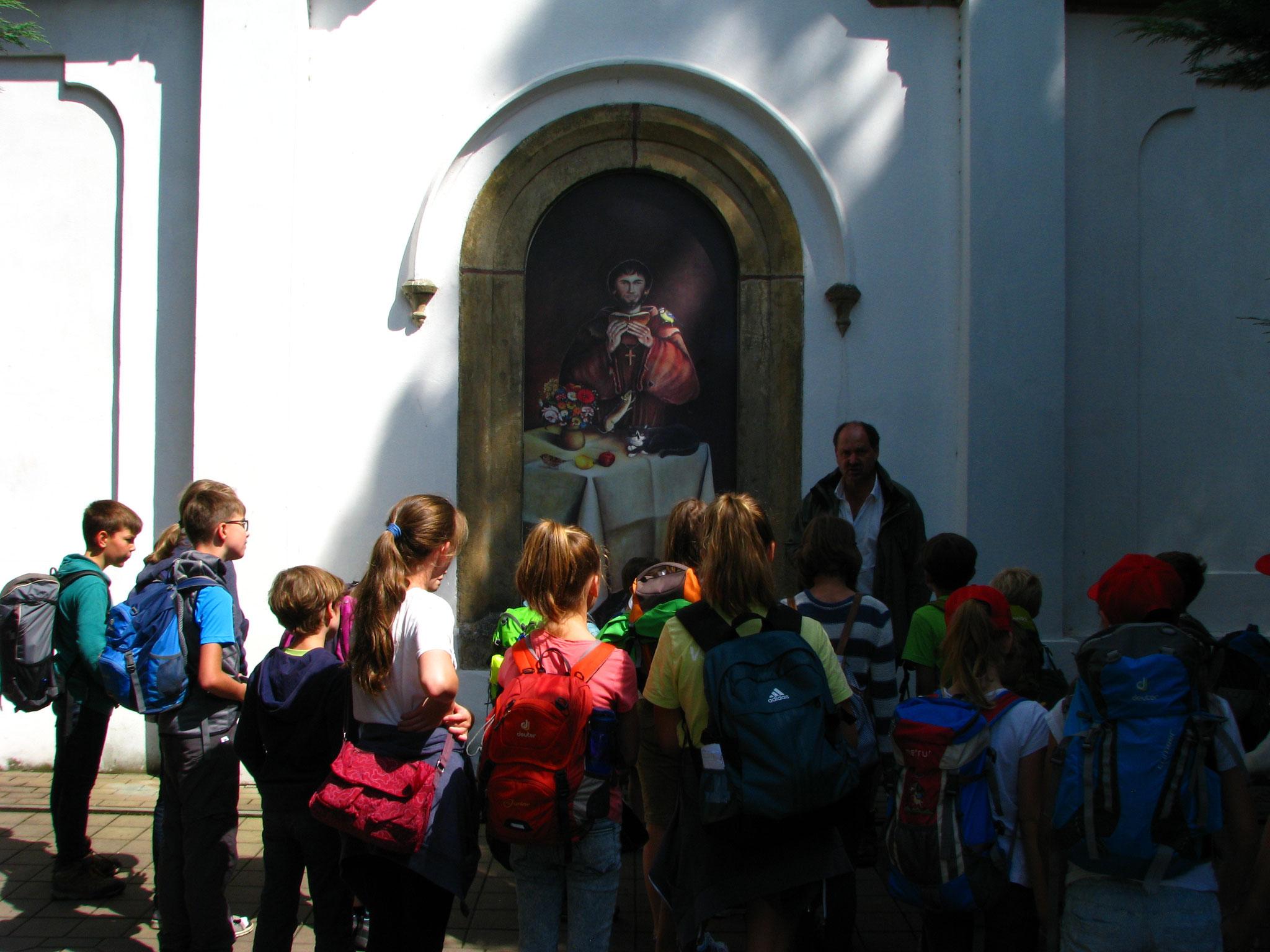 Bei der Kirche vom heiligen Franziskus verweilen wir für eine Erklärung