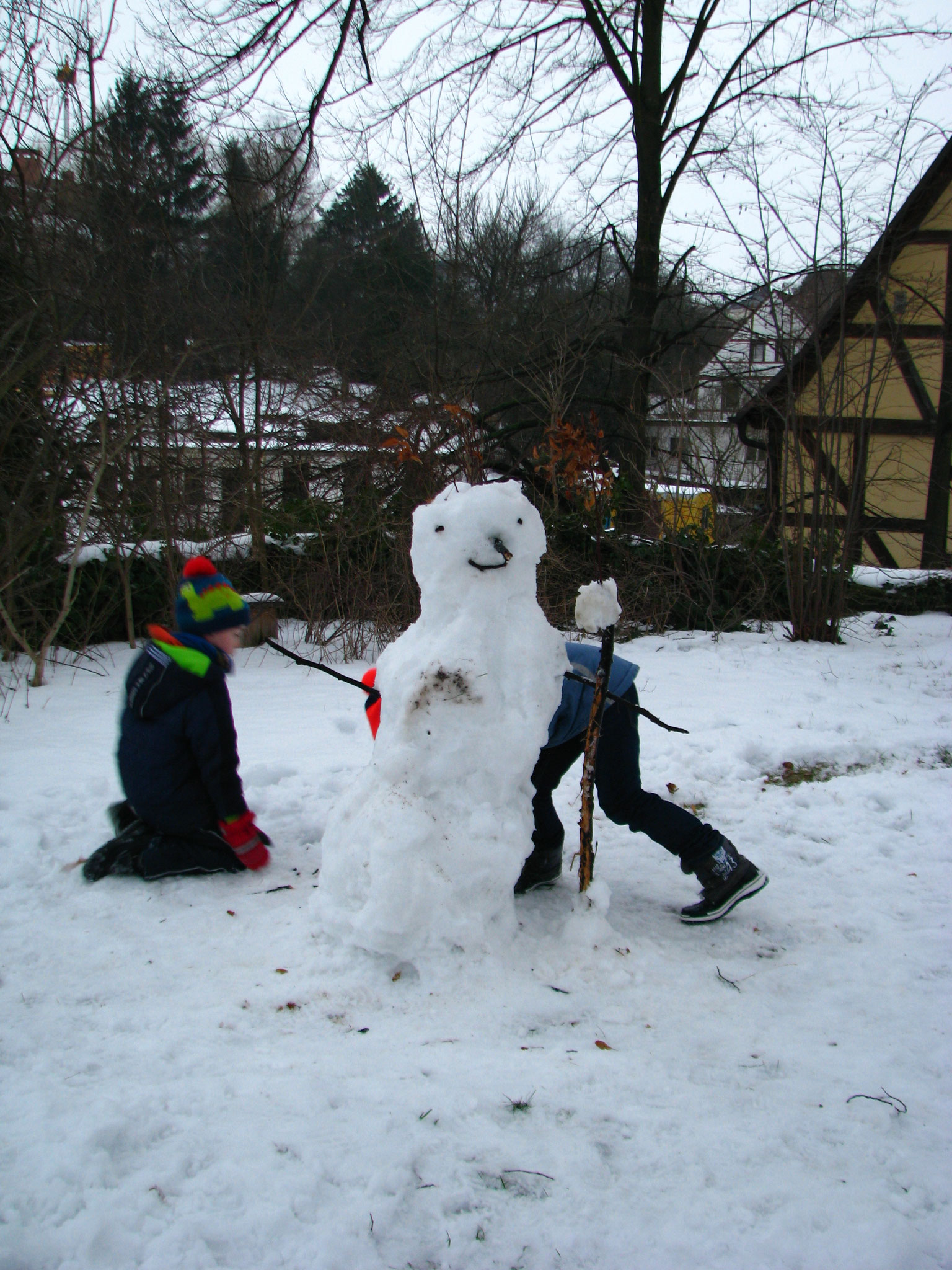 Auf diesem Schneemann kann ein Vogel landen