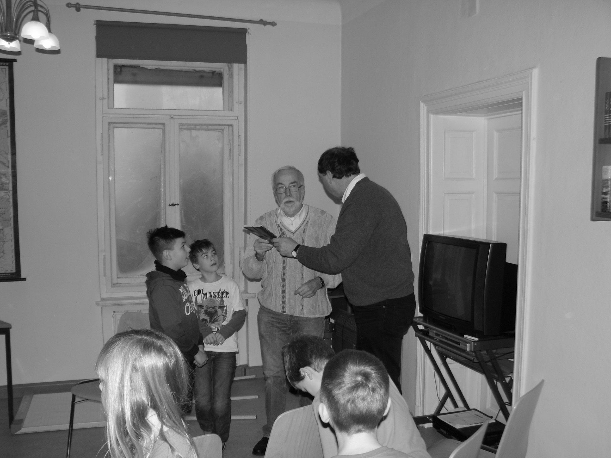 Herr Hermann übergiebt die Broschüre vom Lehrpfad