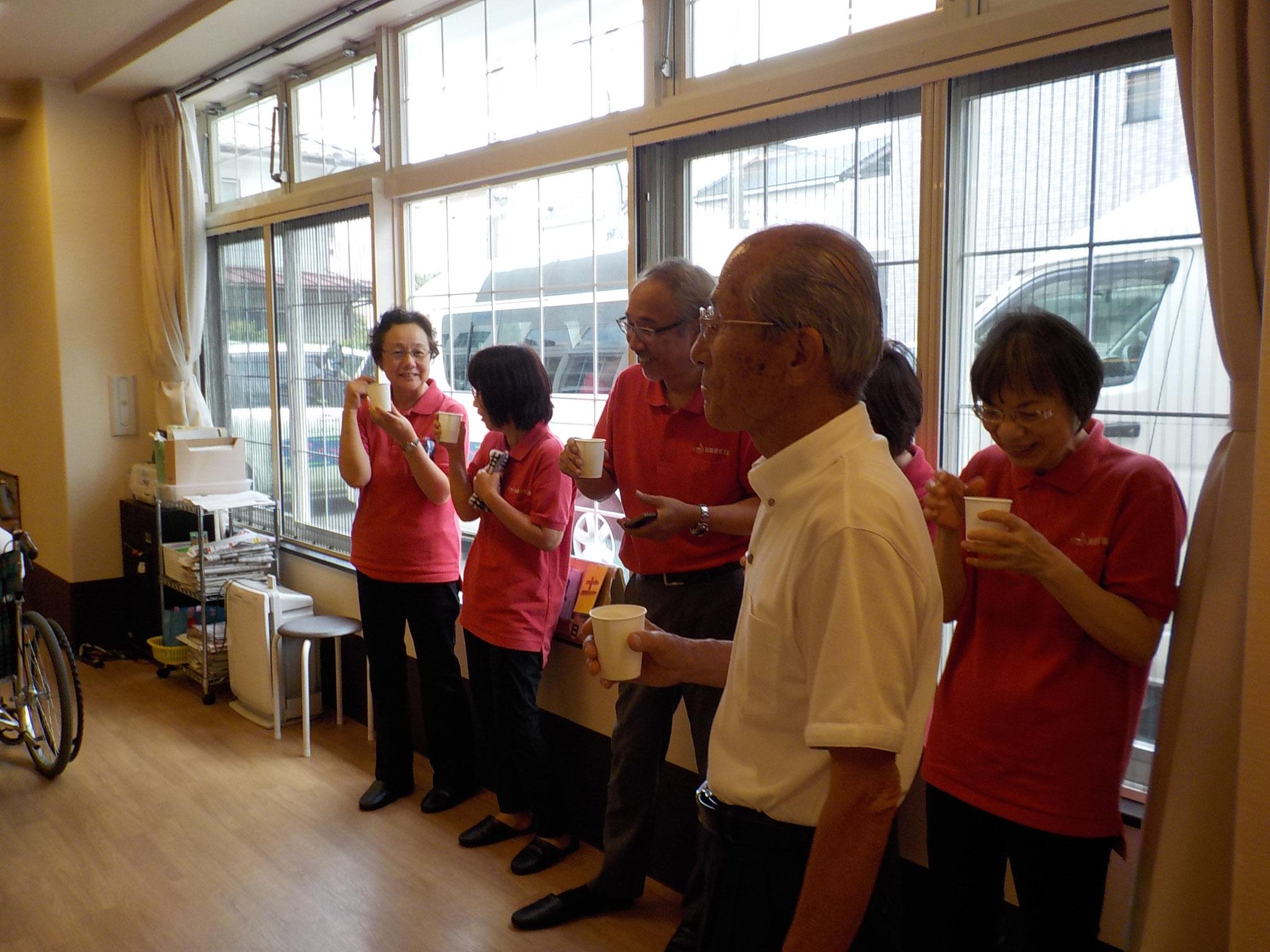 演奏会の準備ができたところで一服。手前はゲストの岡本さん、ハーモニカ独奏で「船頭小唄」。