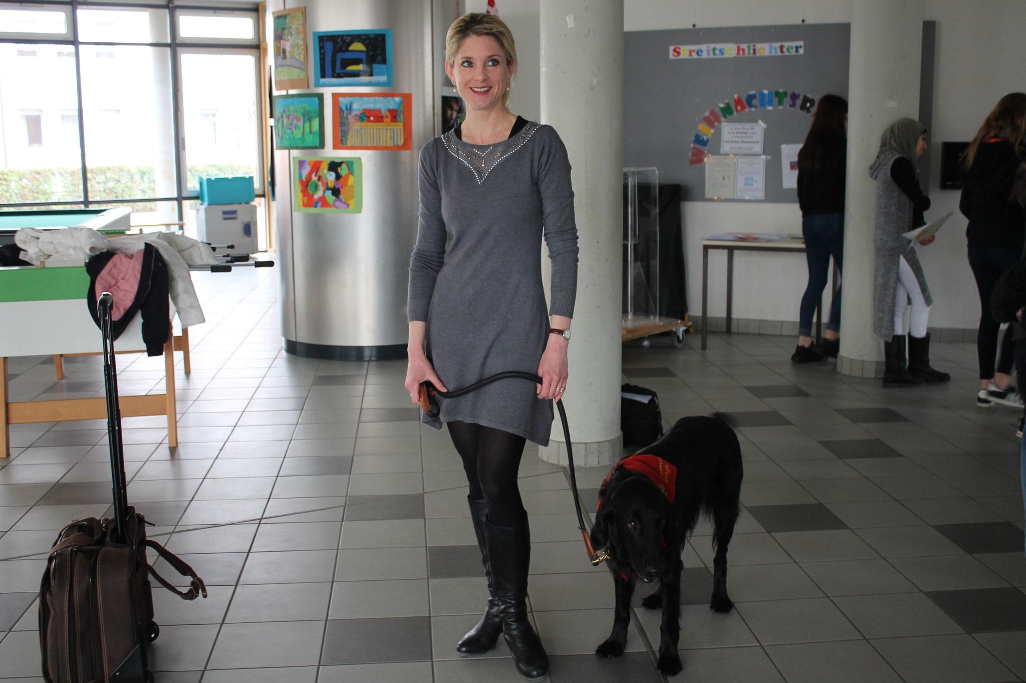 Fr. Adler (Vertrauenslehrerin) mit Schulhund Finja