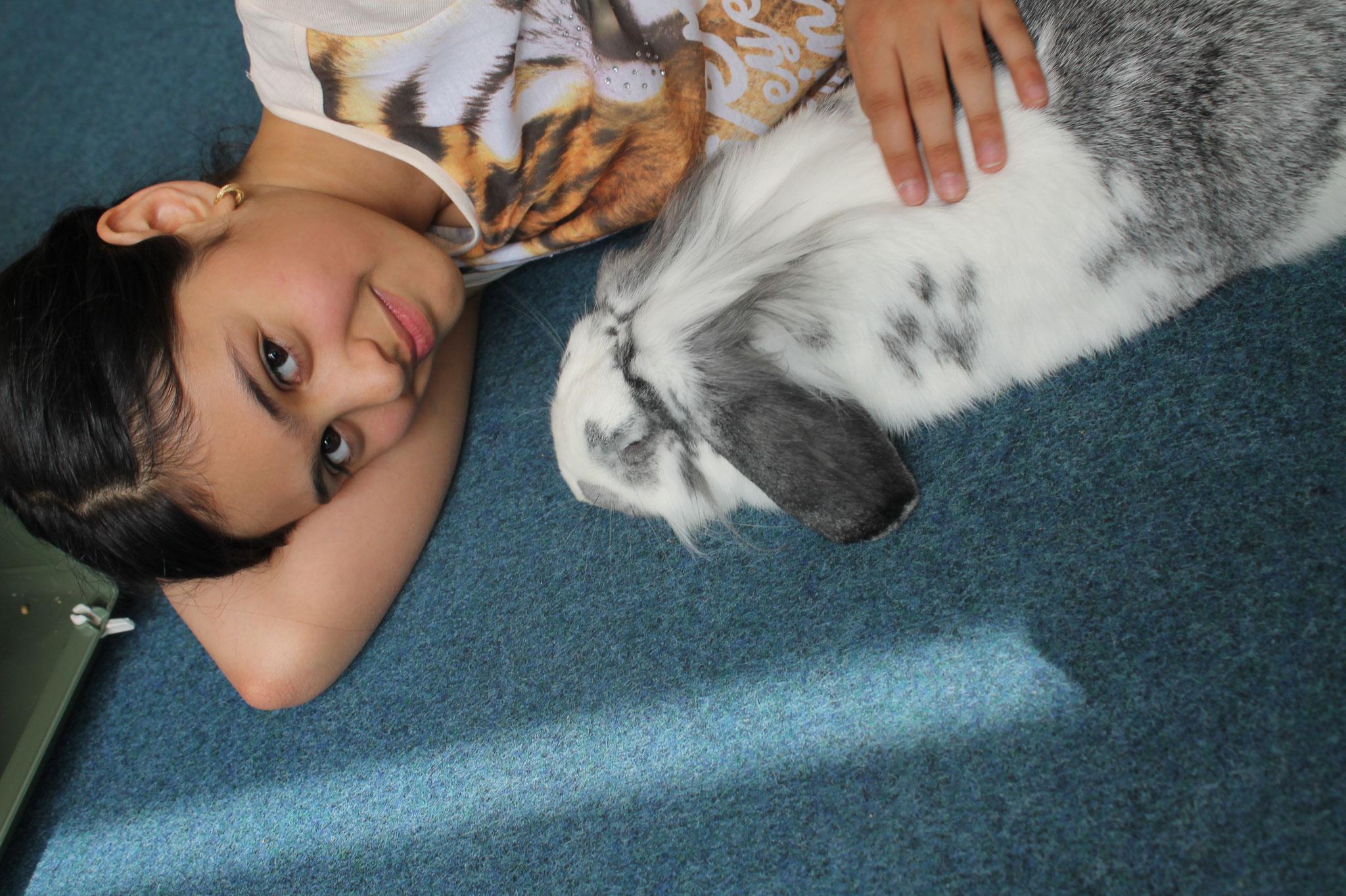 Kamilla und ihr Kaninchen