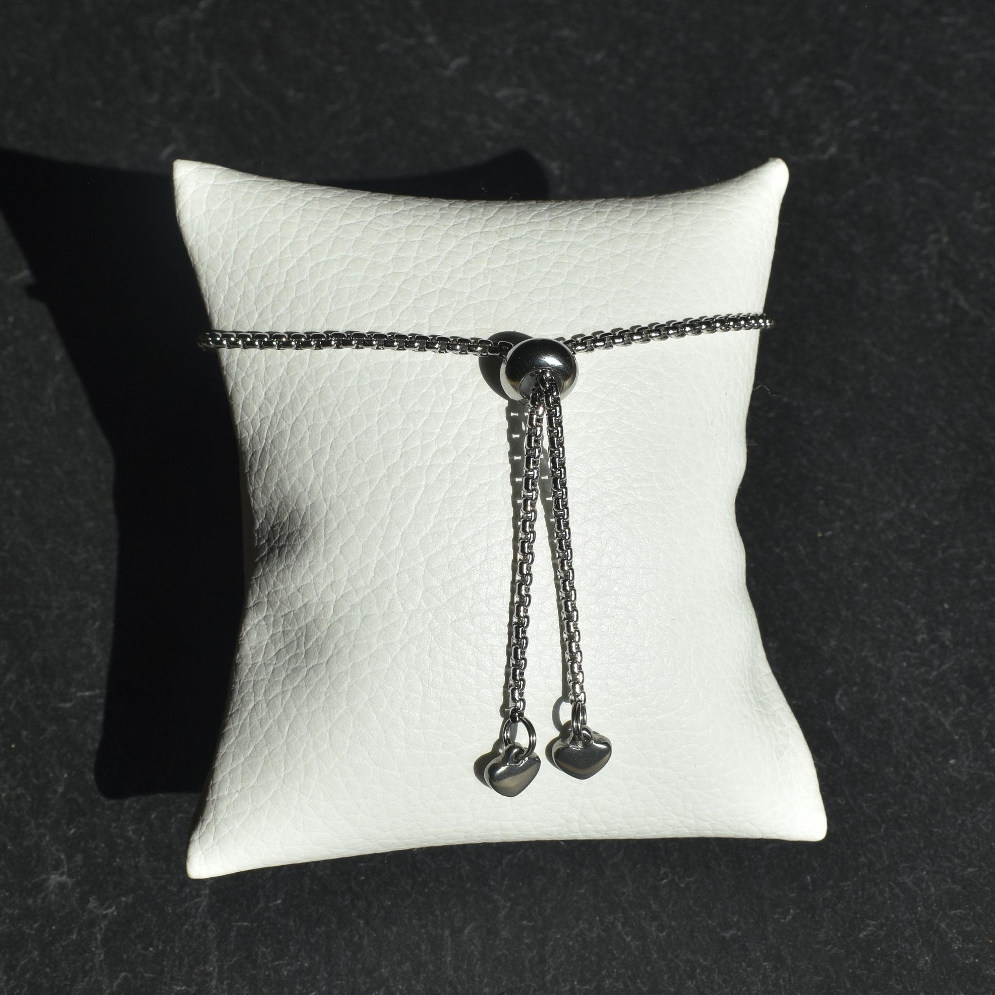 Spostando la perline in acciaio , si può regolare il diametro del bracciale