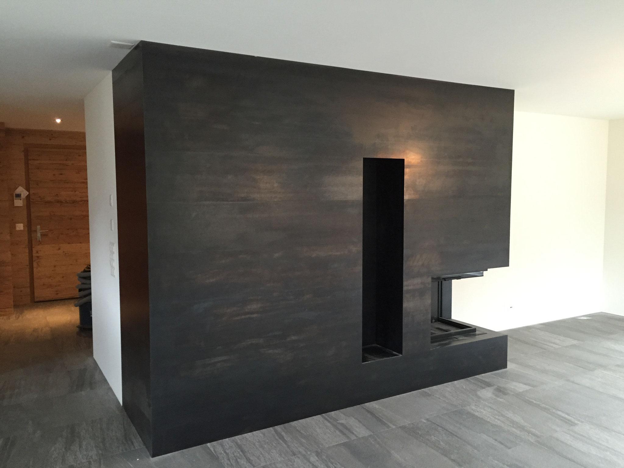 Cheminée-Verkleidung aus schwarzem Stahlblech