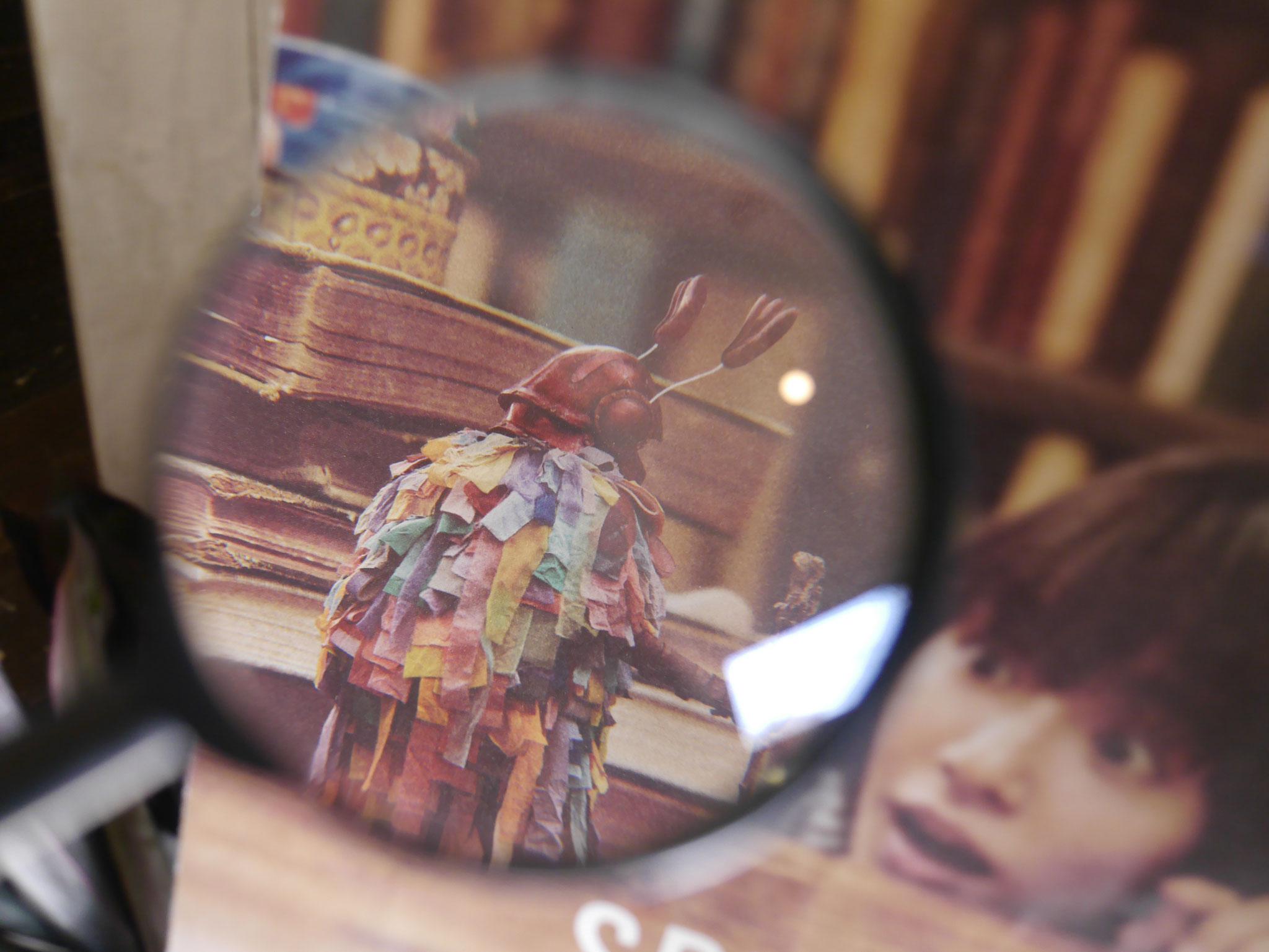 虫眼鏡で遊ぶ~その2🔎ミノムシさんの背中に💓が。
