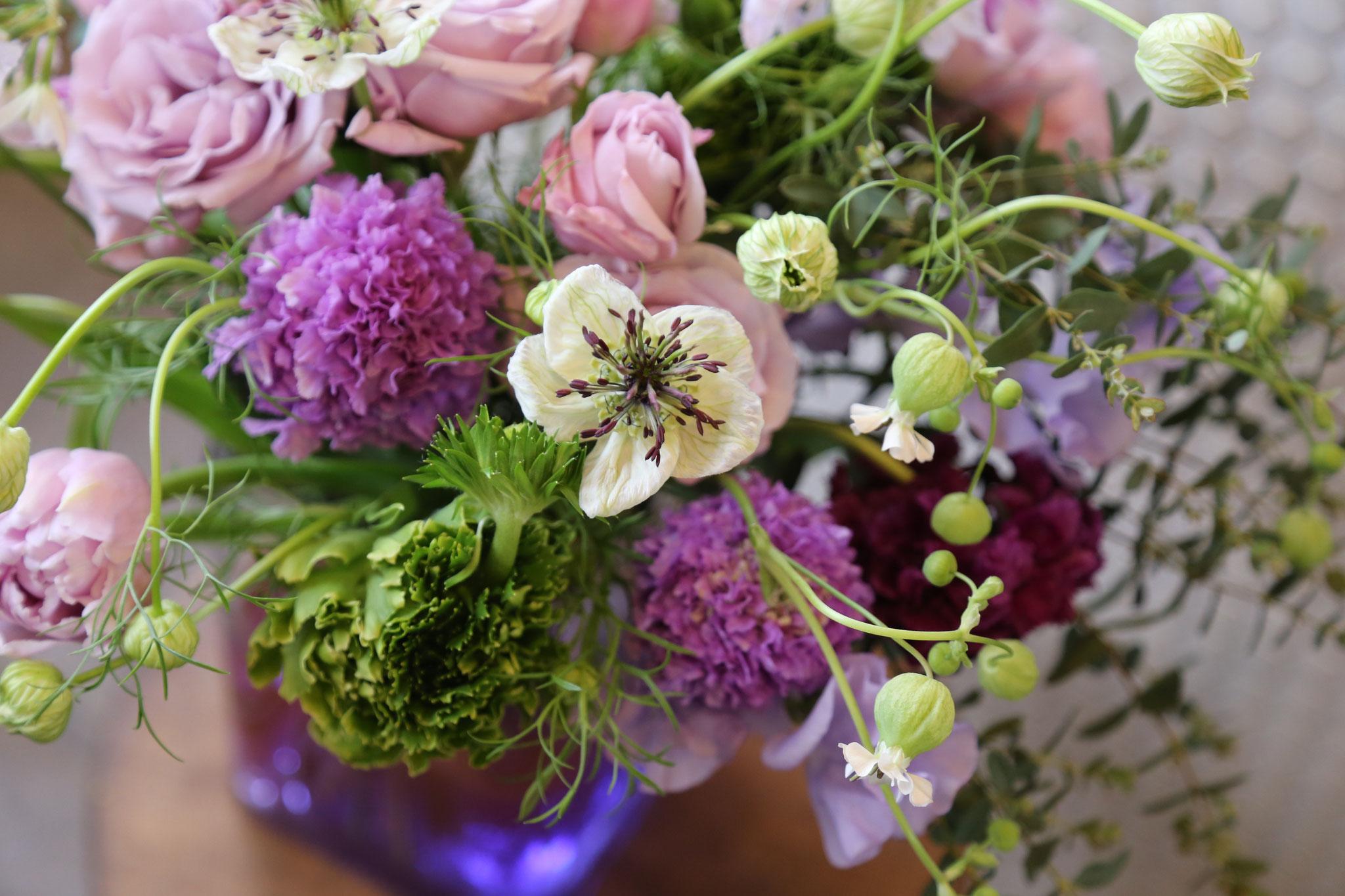 新曲「紫の夜を超えて」をイメージしてお祝いのお花(花束)つくりました。フラワーベースに、紫色のインクを・・💜