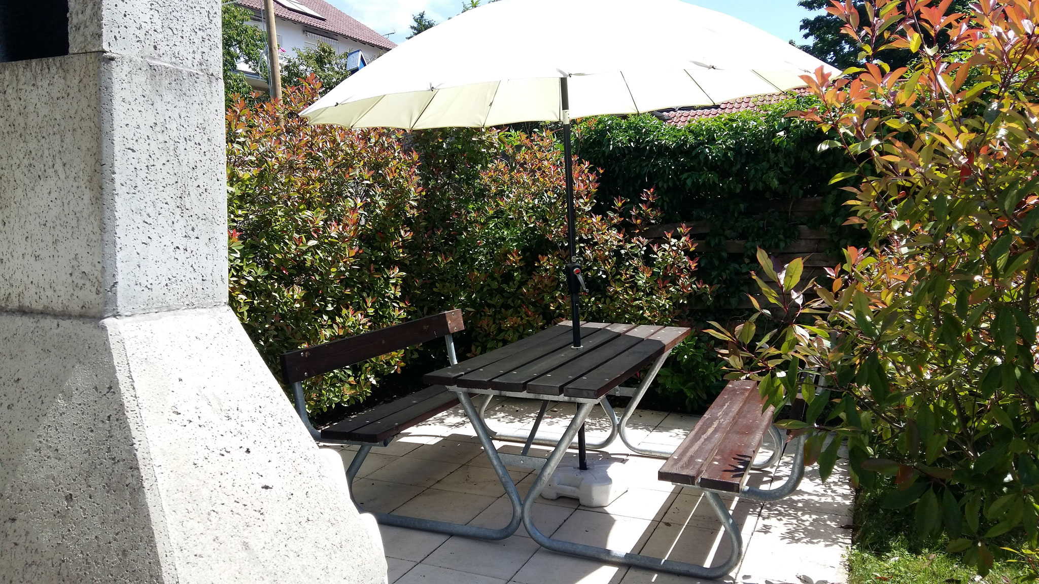 gemeinschaftlicher Grillbereich im Garten