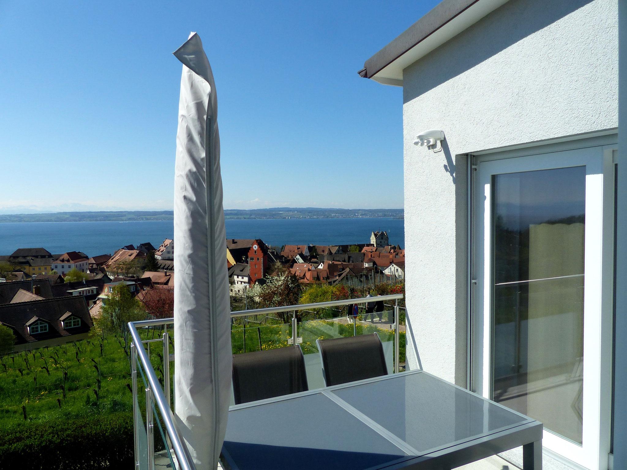 sonniger Balkon mit Seeblick