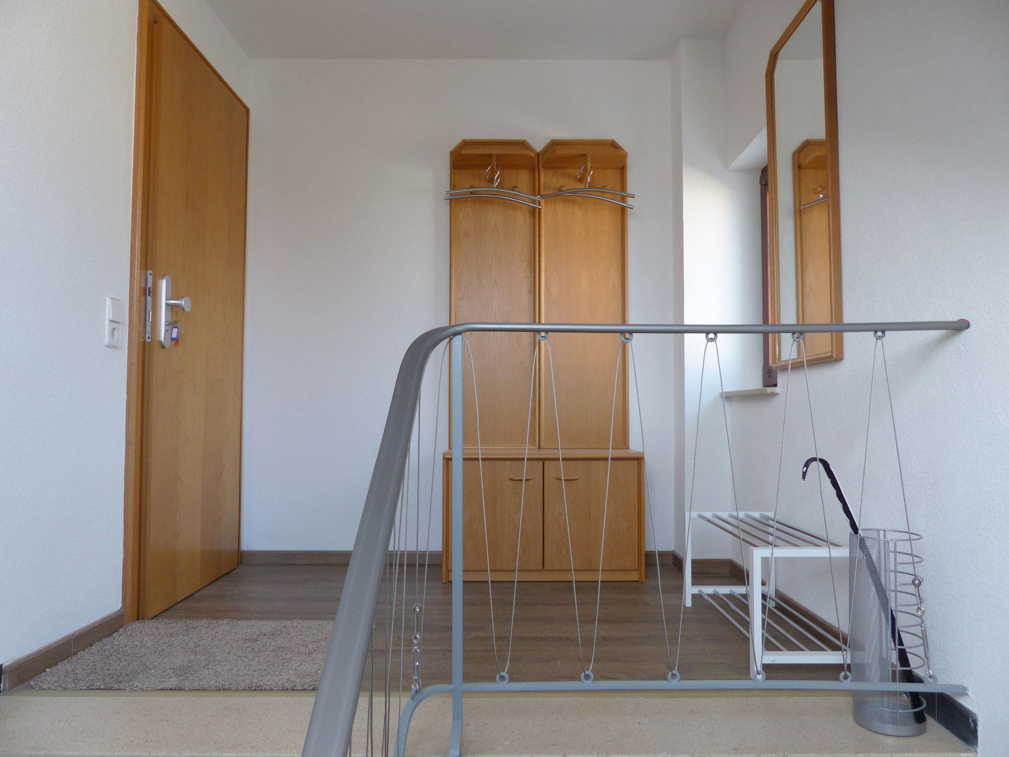 Treppenhausbereich vor Wohnung mit Garderobe