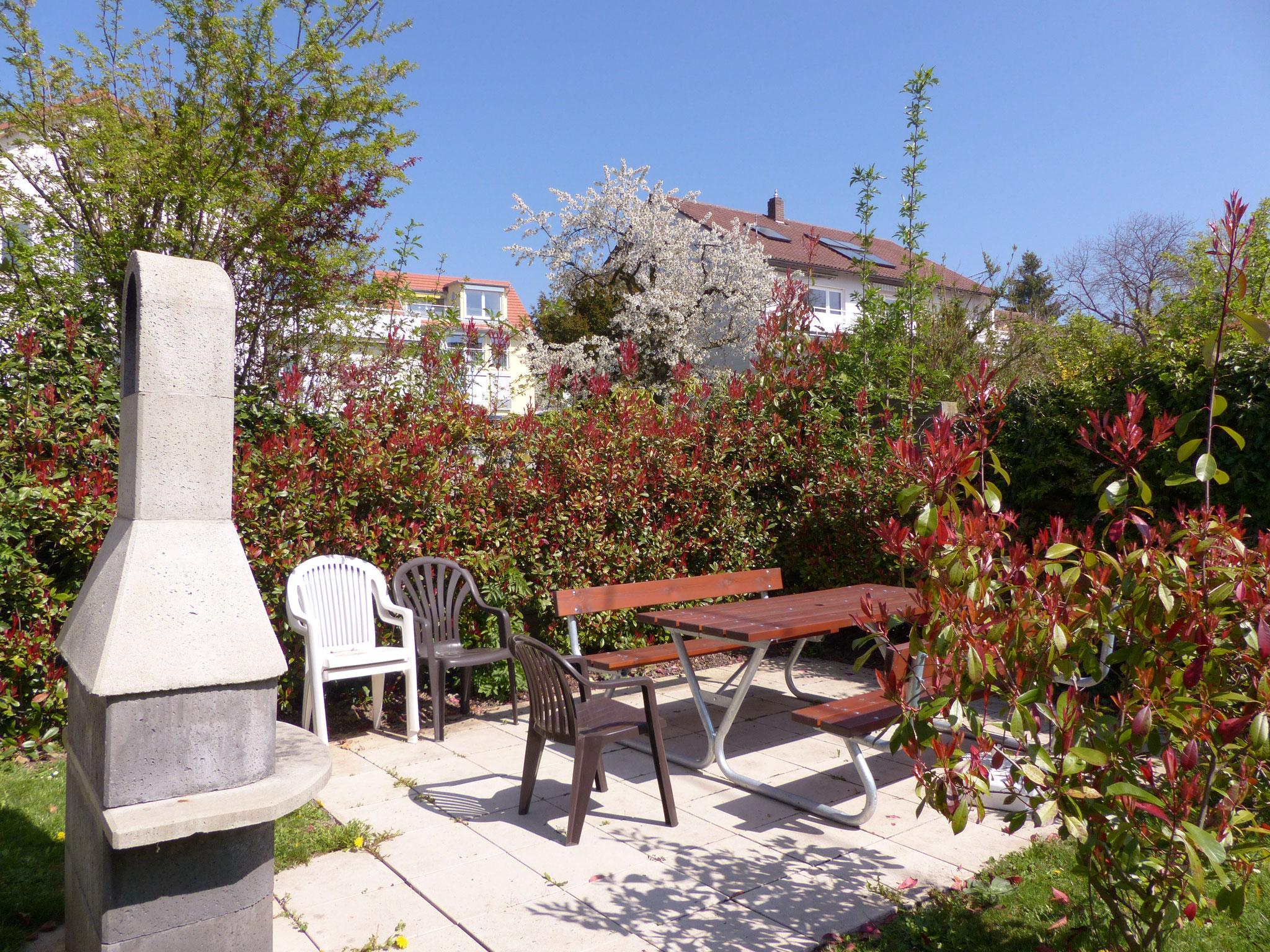 Sitzbereich im Garten mit Grillstelle