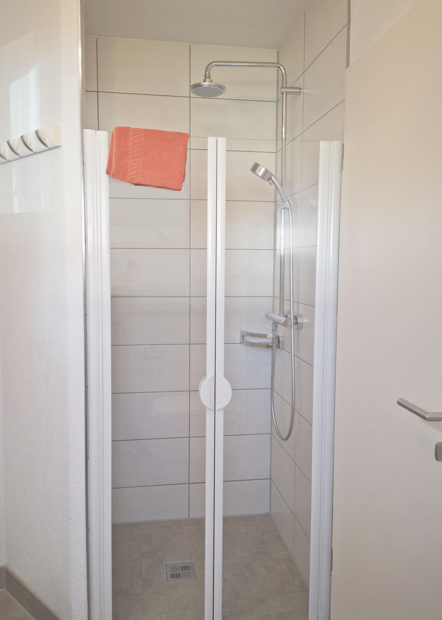 und ebenerdiger Dusche