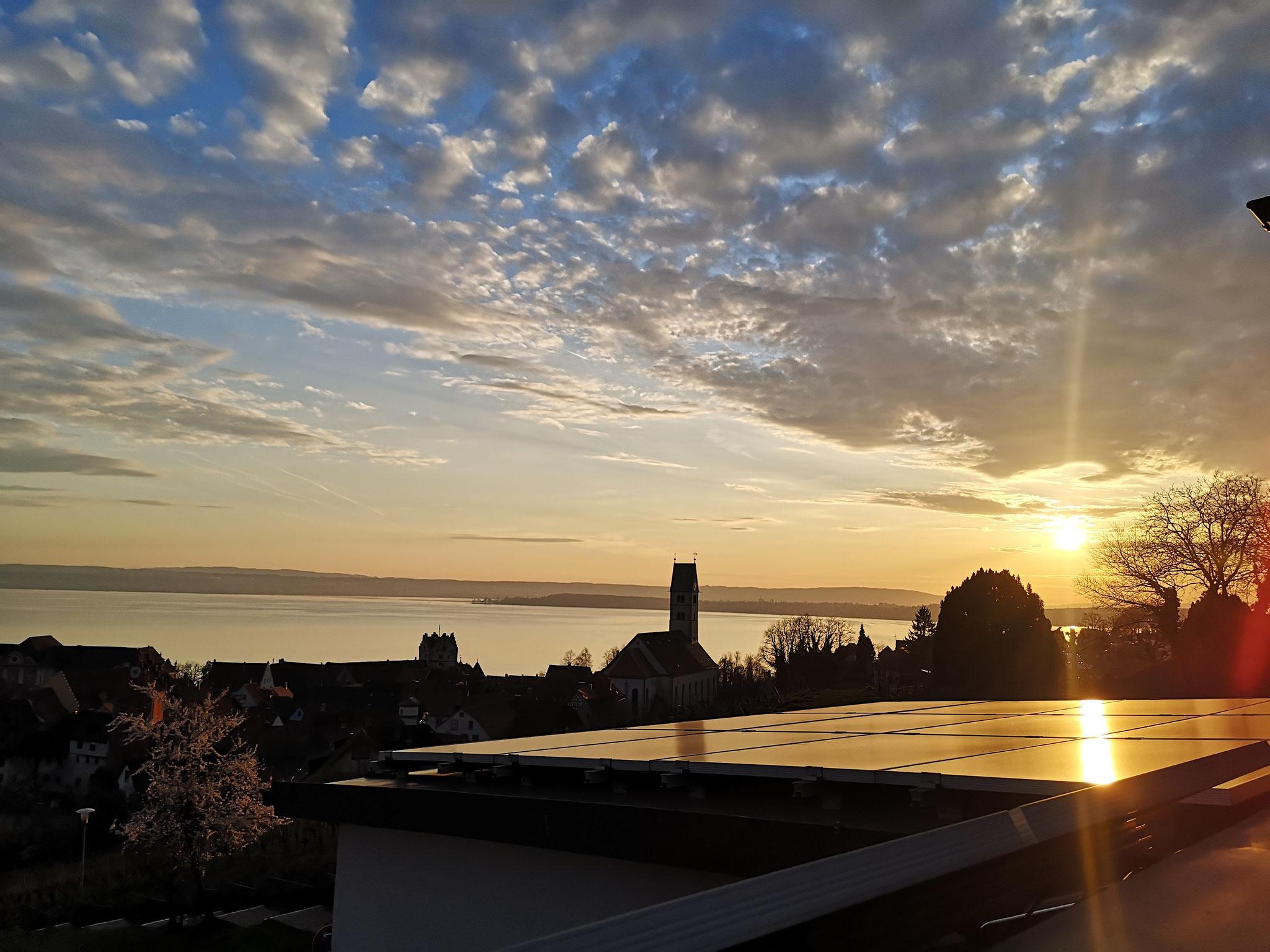 Ausblick auf die untergehende Sonne von der Dachterrasse
