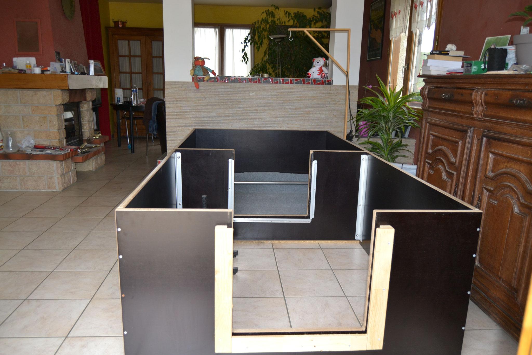 La caisse de mise bas à laquelle est acolé le parc d'ébats des chiots
