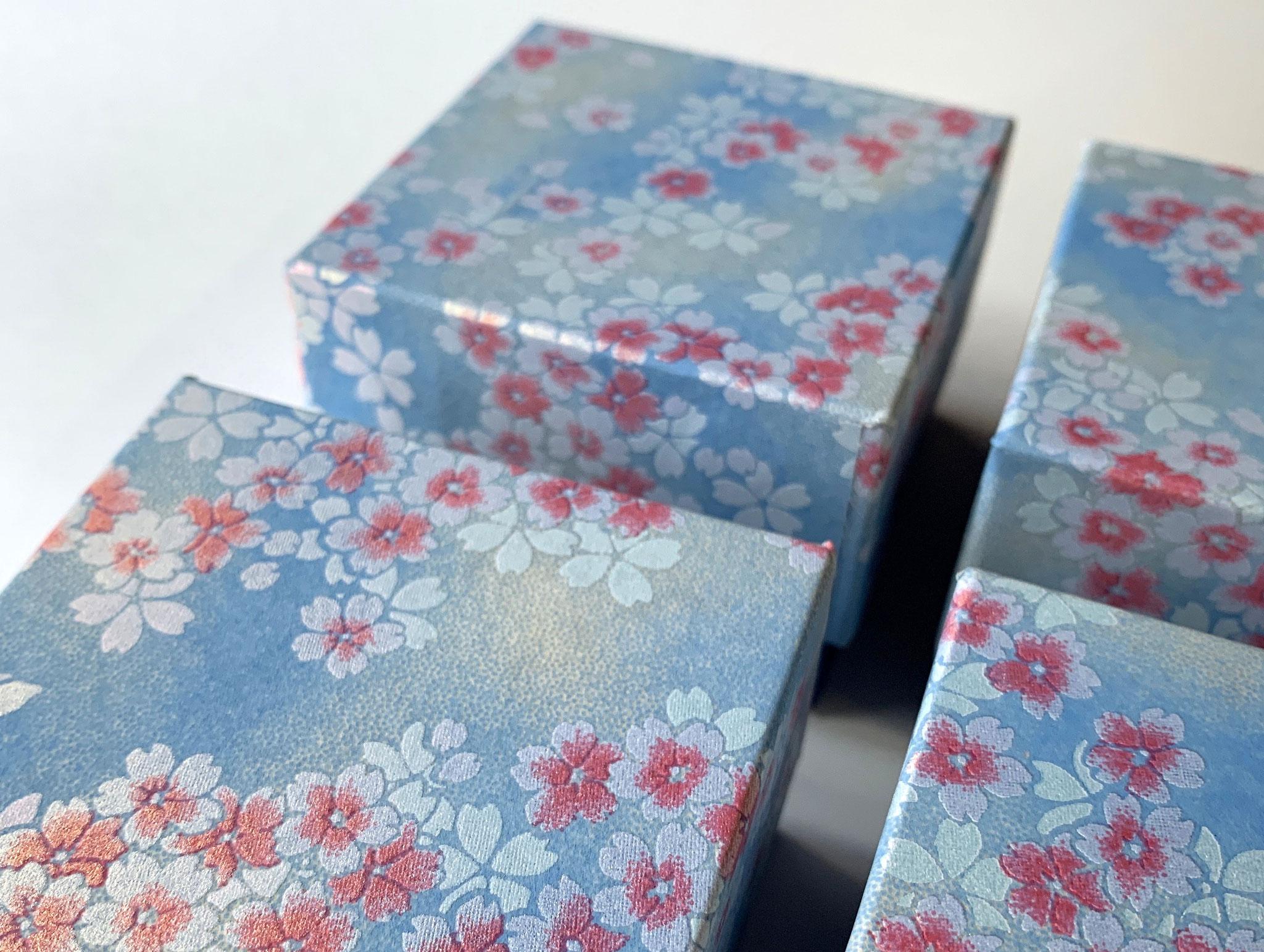 千代紙と鳥の子紙を使って別注で作製した貼り箱をスイス向けに発送