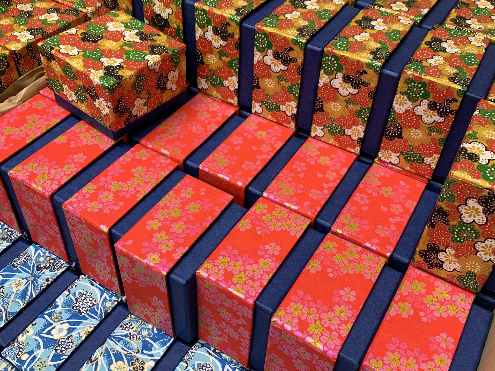 千代紙の小さな貼り箱は手加工で作製しています