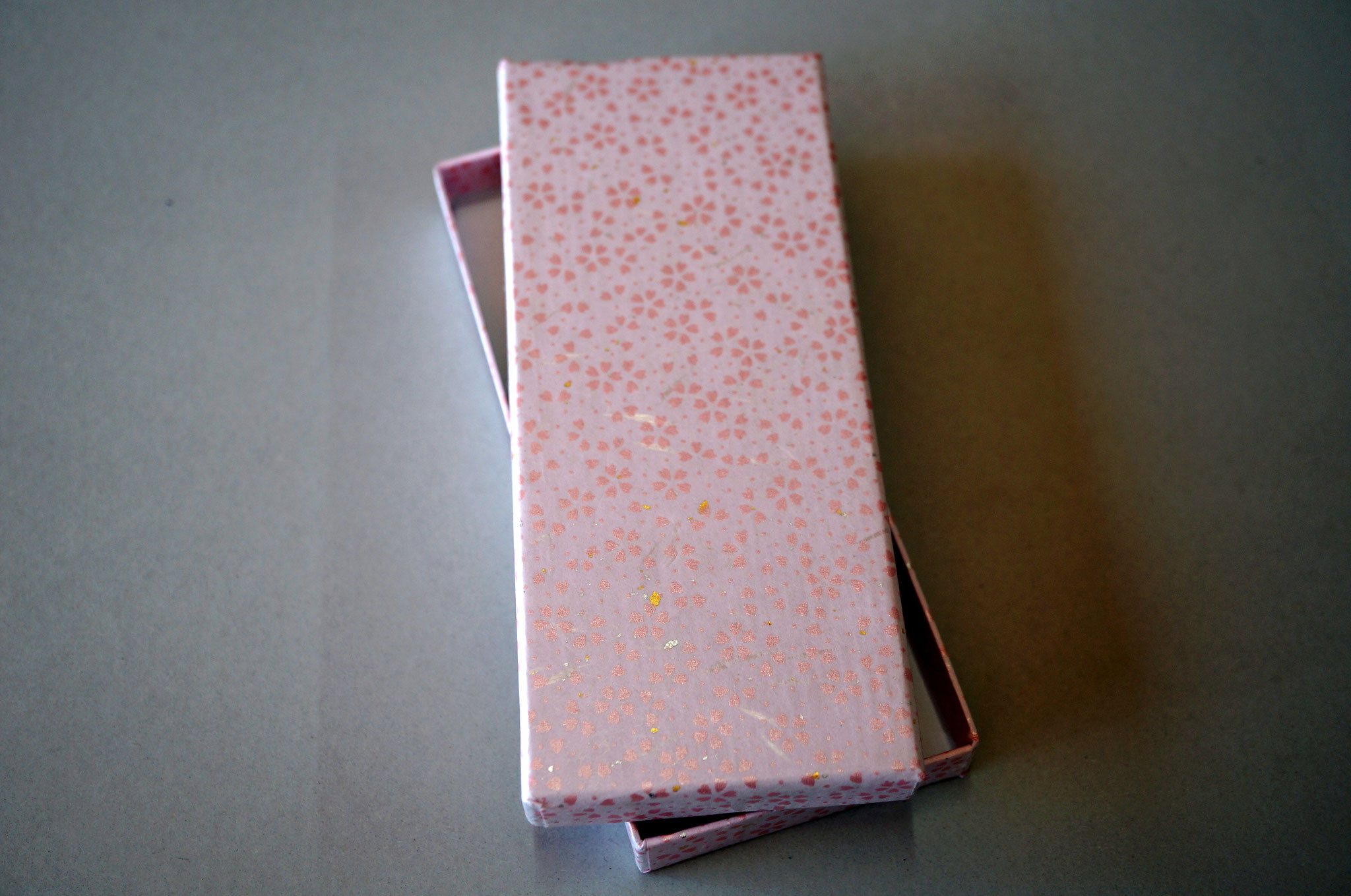花柄入りの和紙で作製した貼り箱(ピンク)