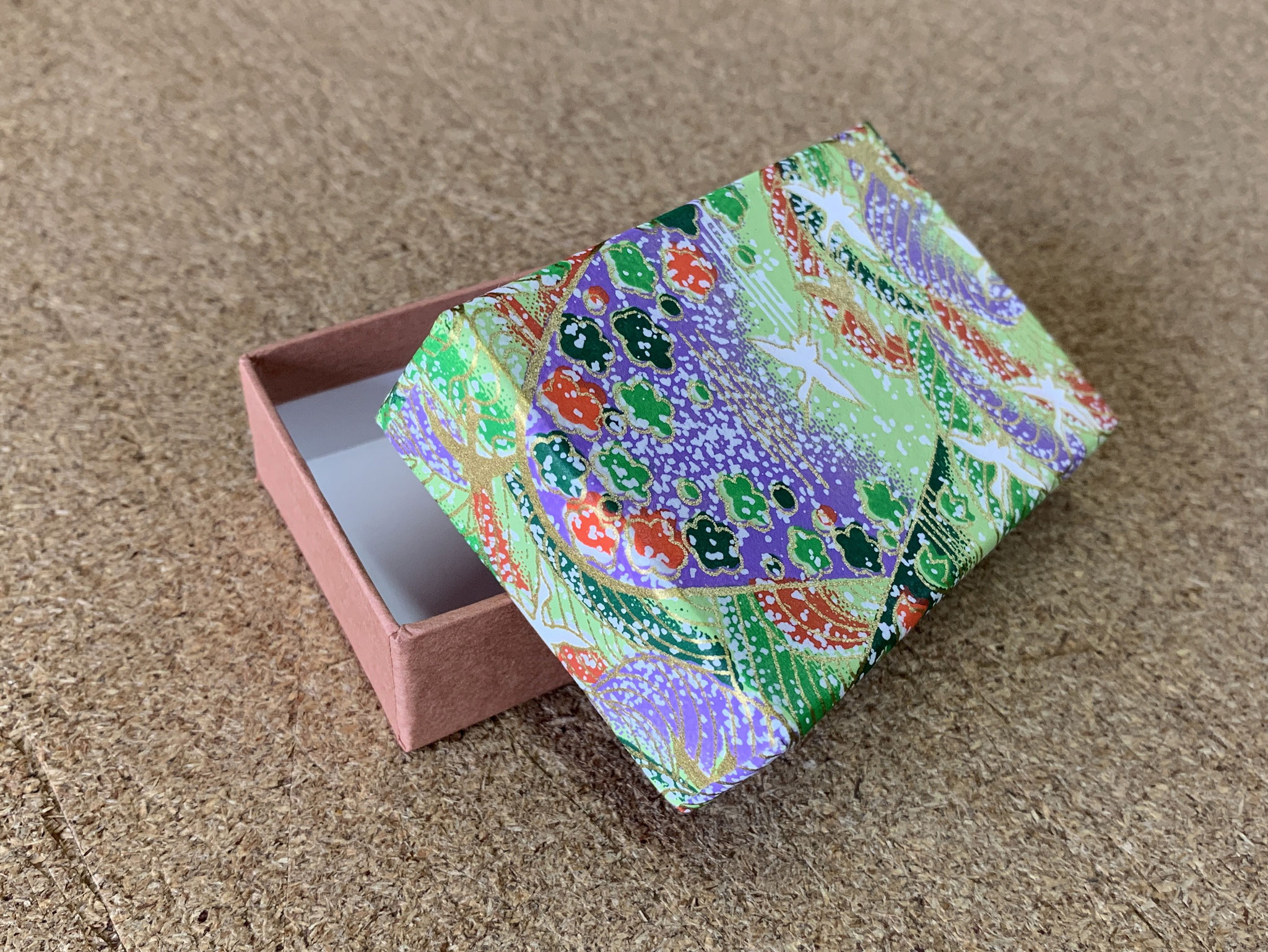 千代紙と民芸紙の組み合わせで5柄の貼り箱を別注にて作製しました