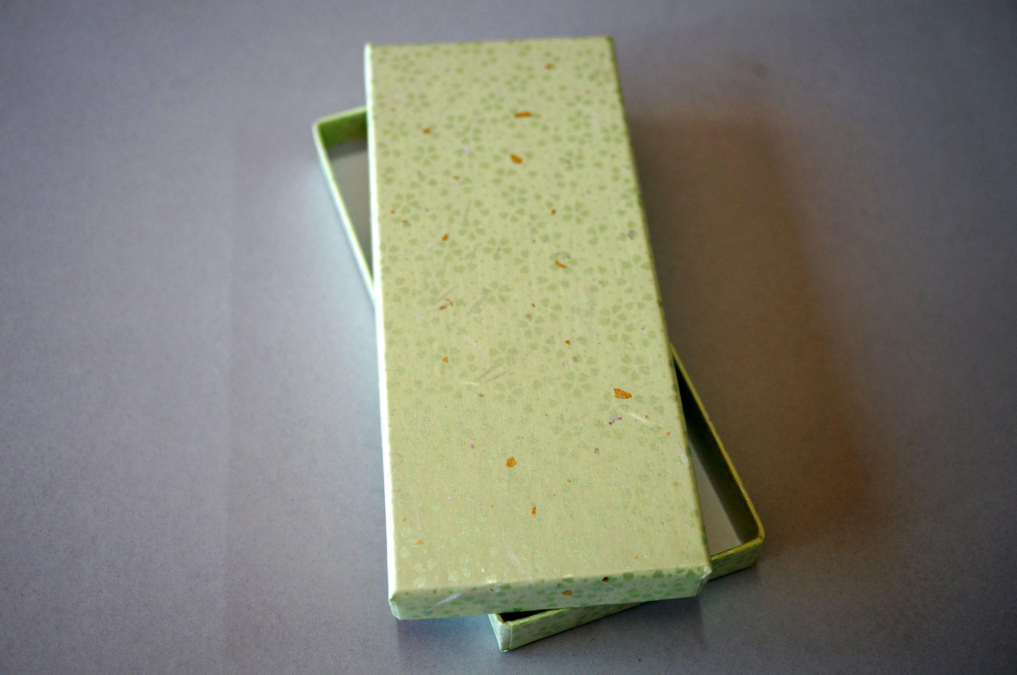 花柄入りの和紙で作製した貼り箱(グリーン)