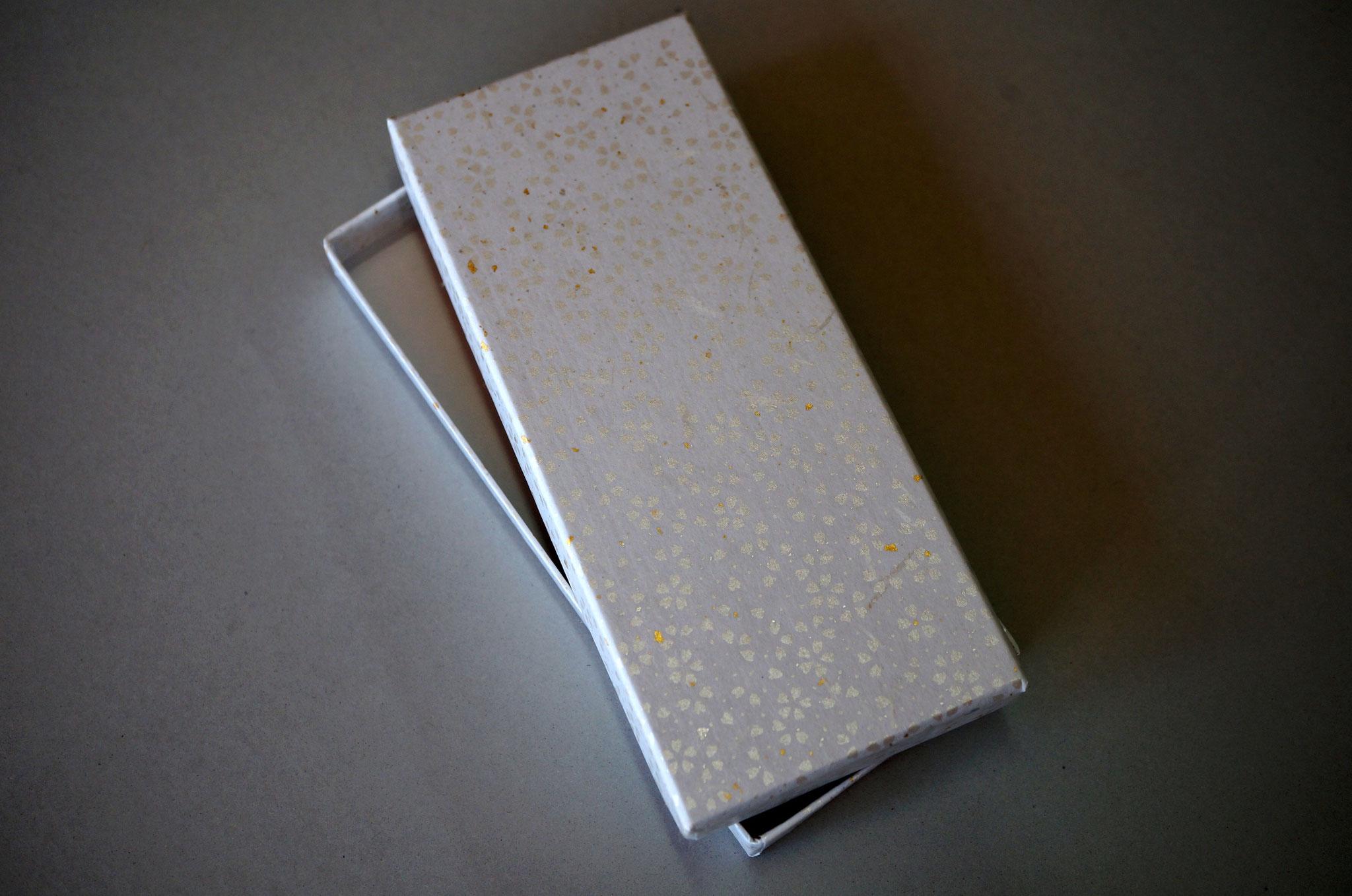 花柄入りの和紙で作製した貼り箱(白)