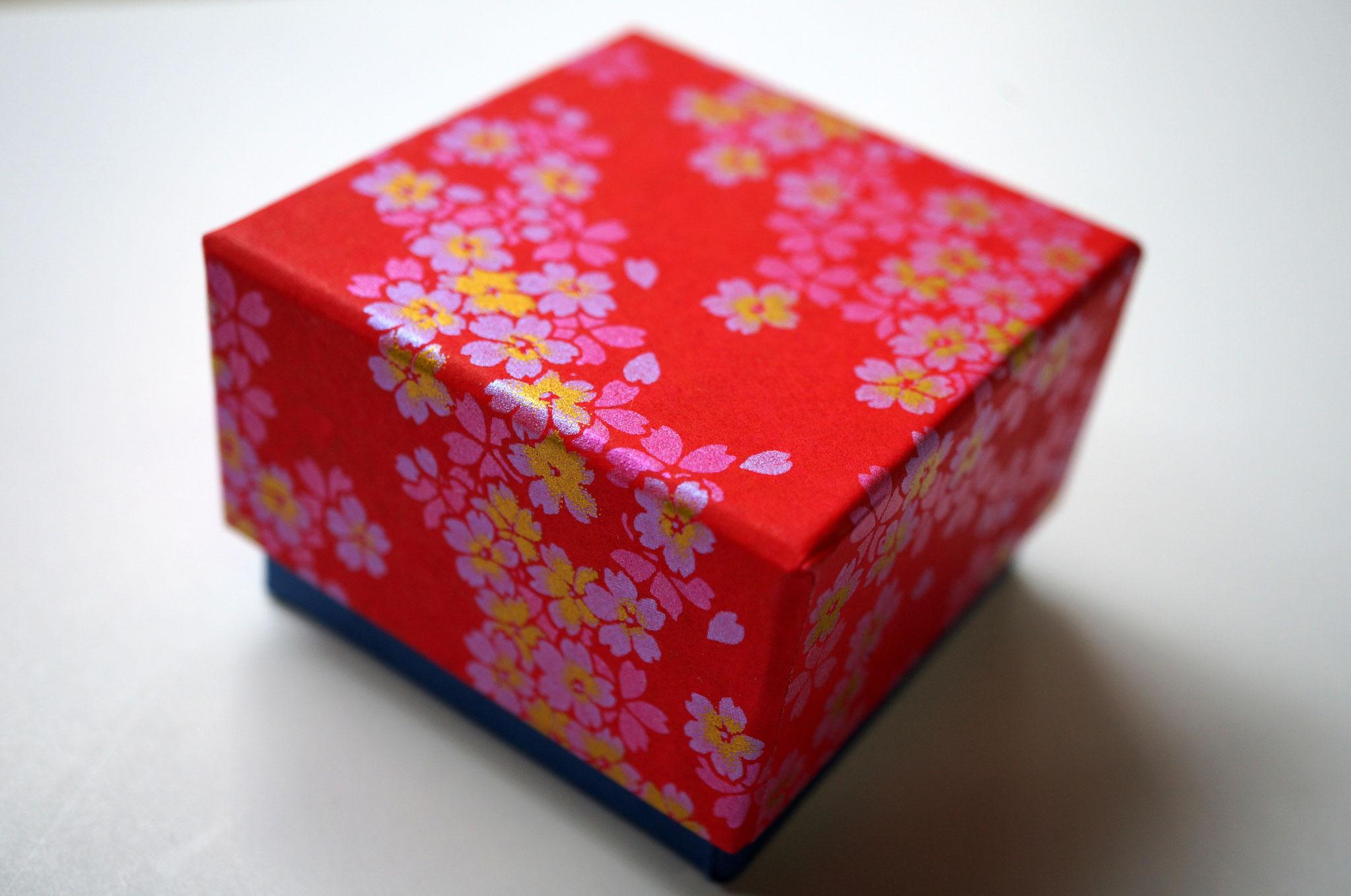 千代紙と紺色の鳥の子紙の貼り箱3