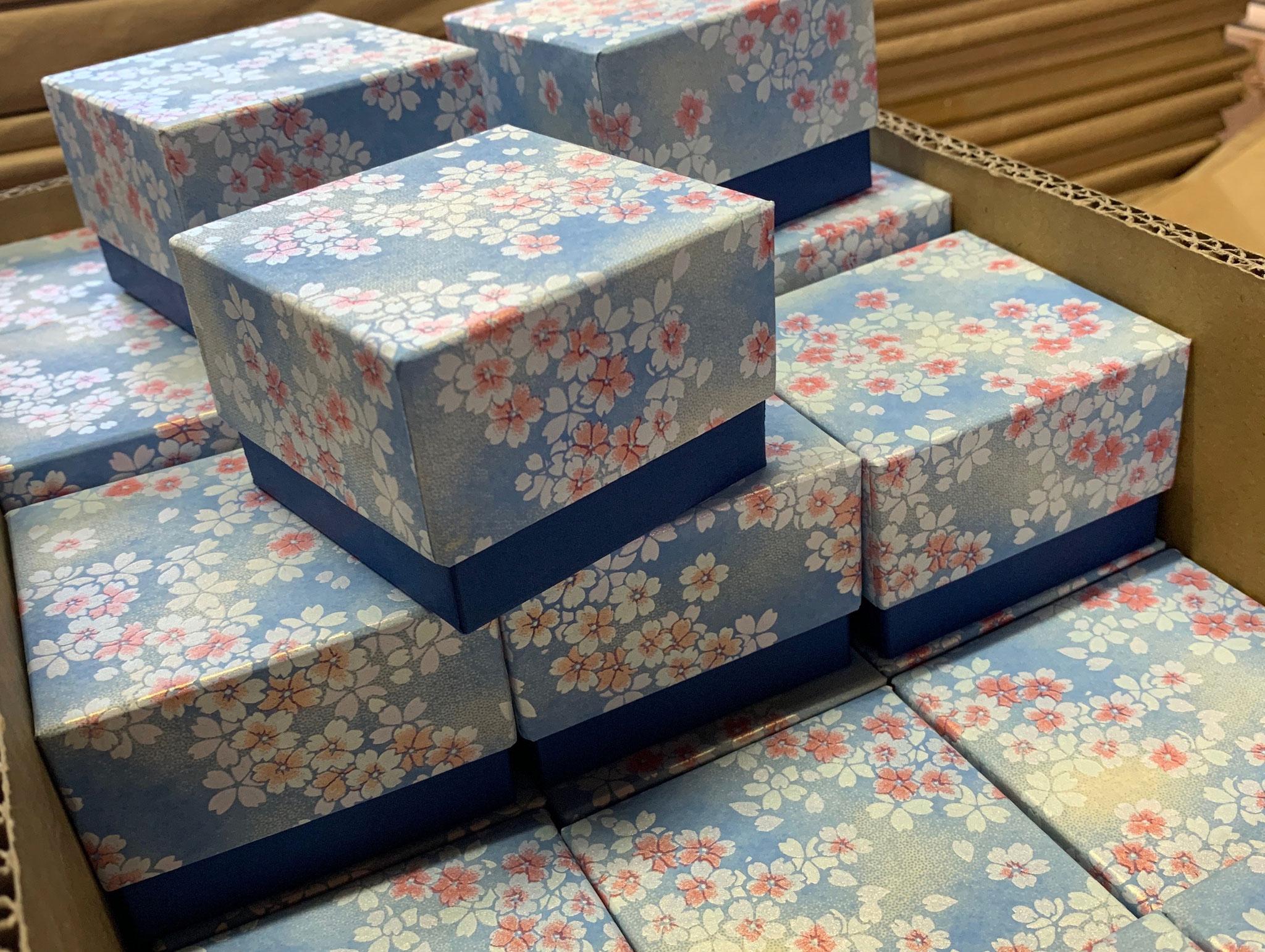 青を基調にした千代紙と鳥の子紙の貼箱はスイス向け発送した手加工の小箱