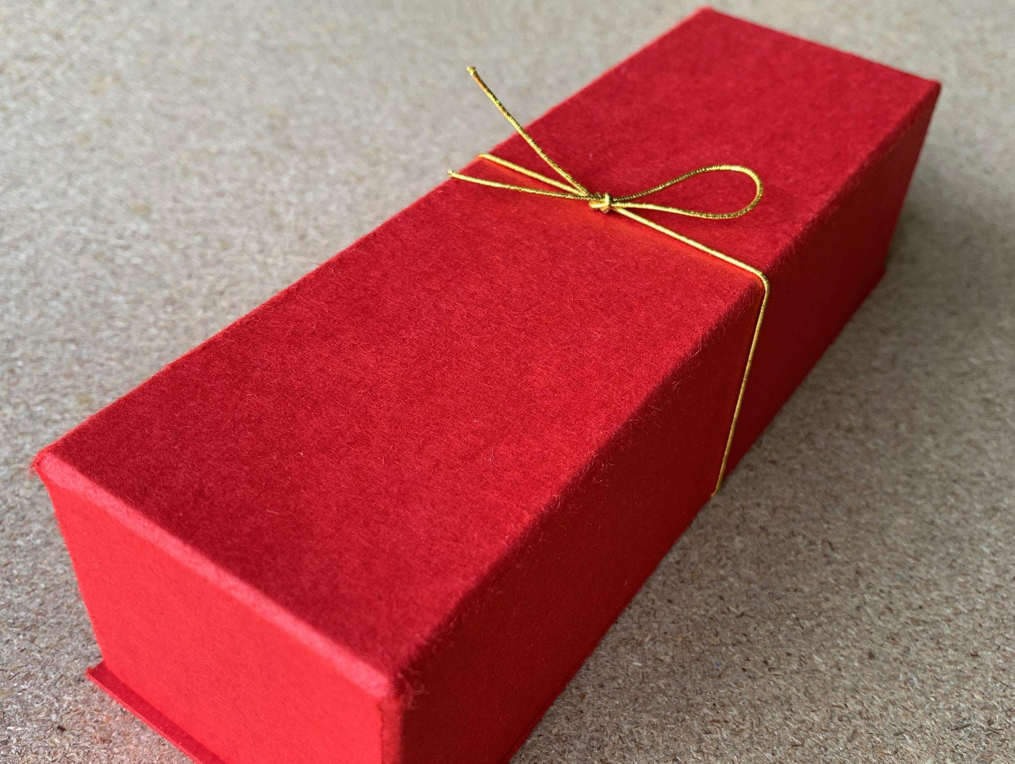 最終的に貼り箱に金色のゴム紐で演出しました