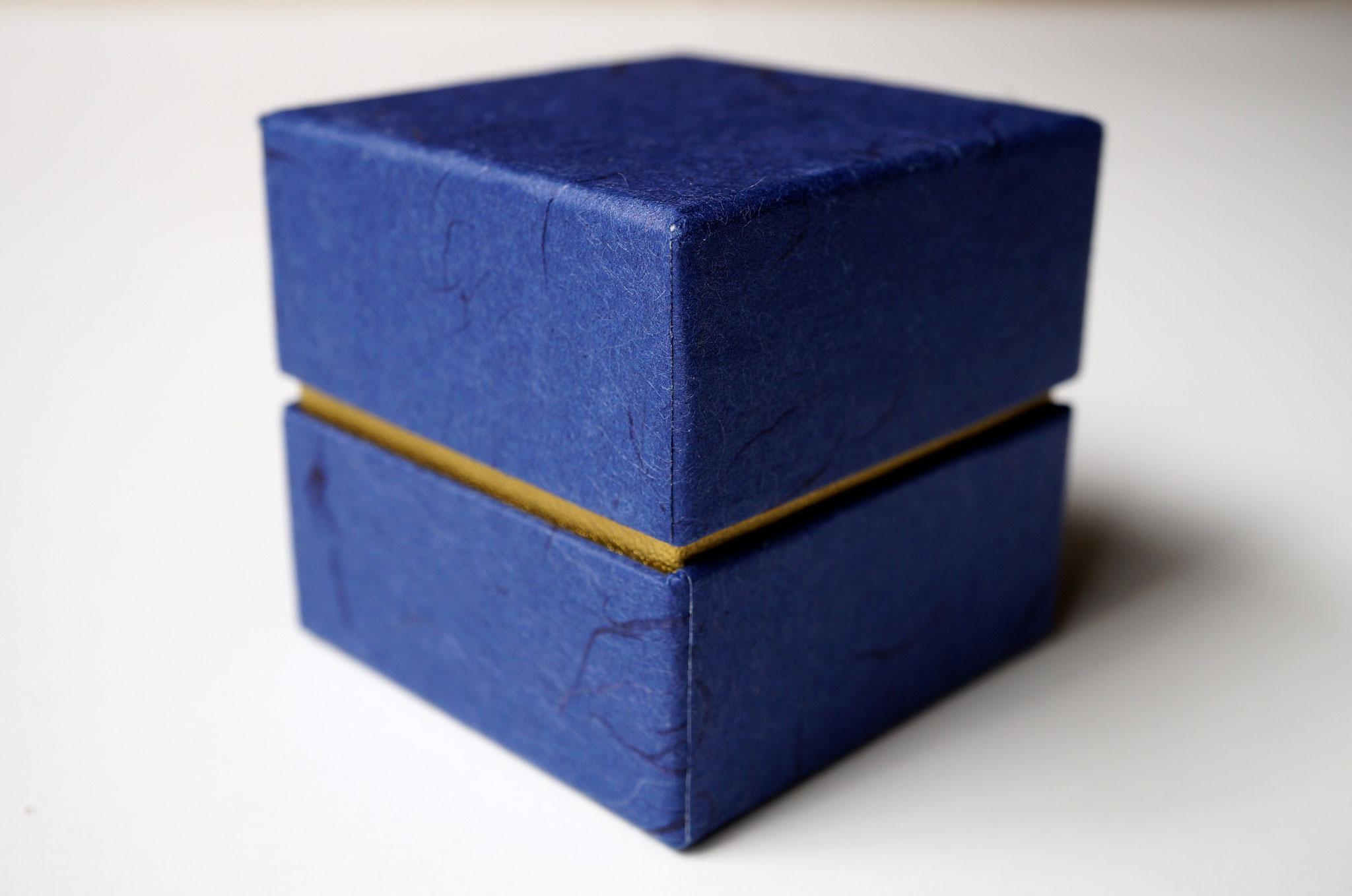 和紙を使って印籠型の形状で作製した小さな貼り箱