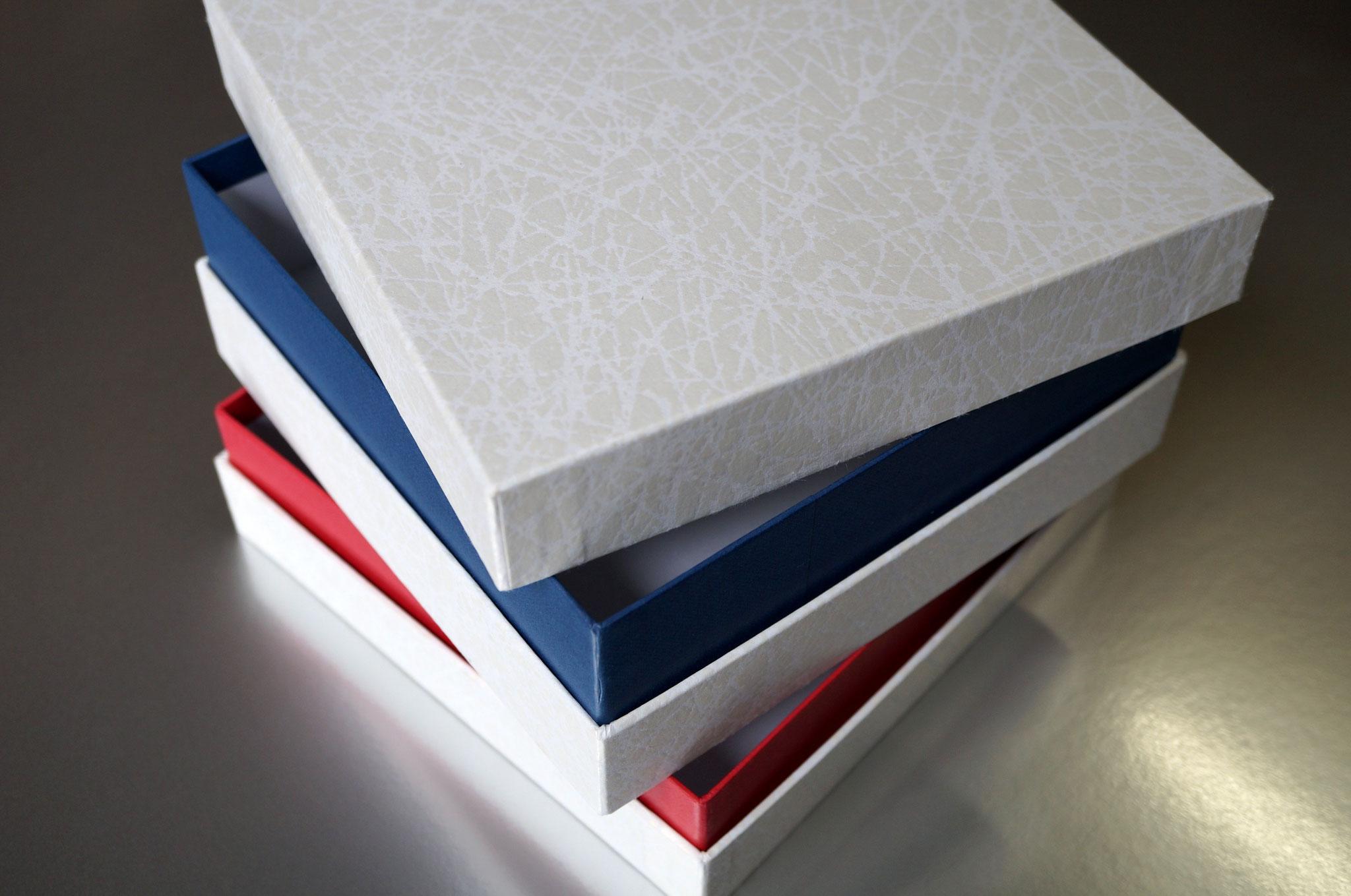 各種和紙でトリコロールになった重箱を手加工で作製