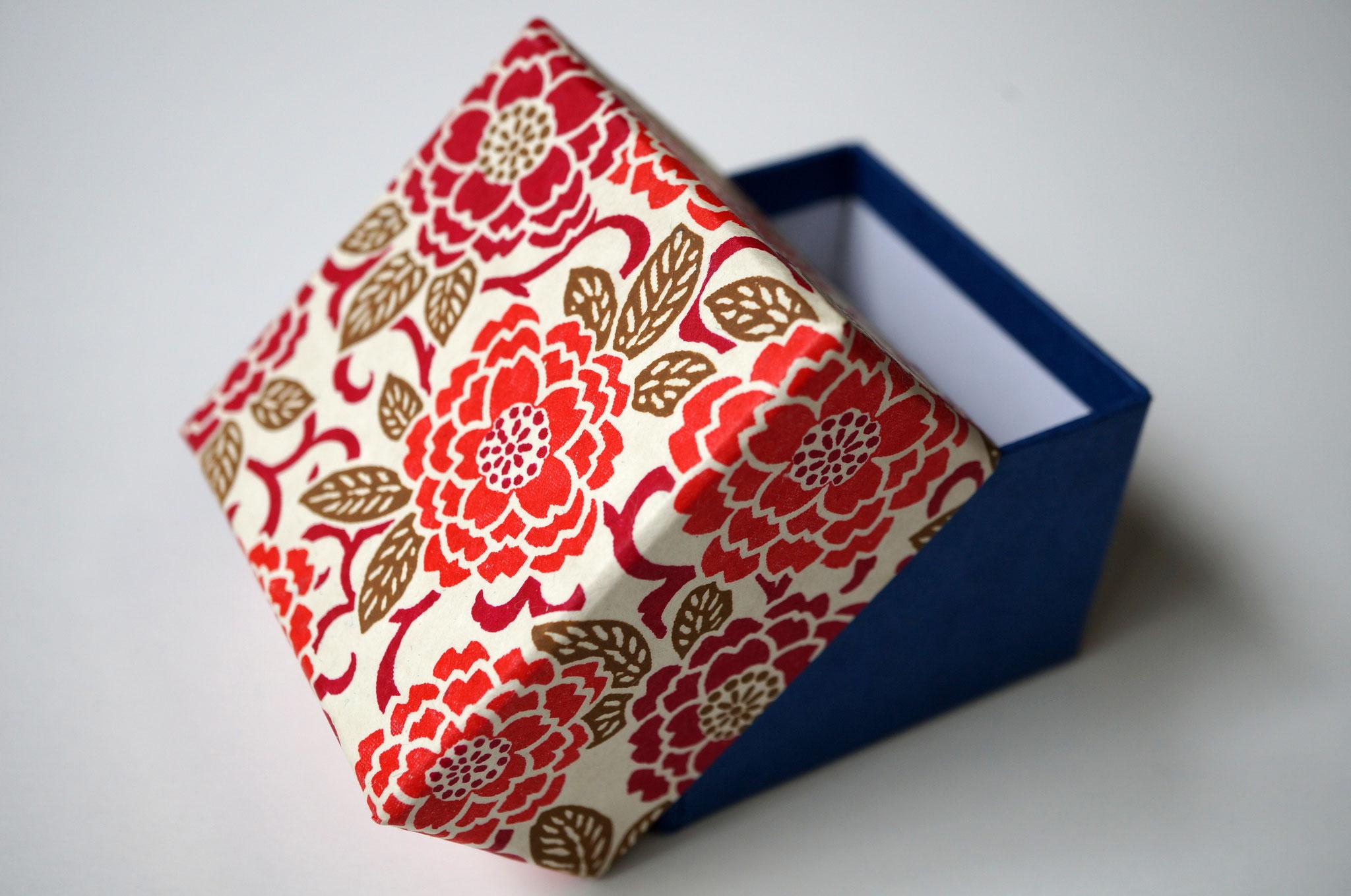 千代紙と紺色の鳥の子紙の貼り箱2