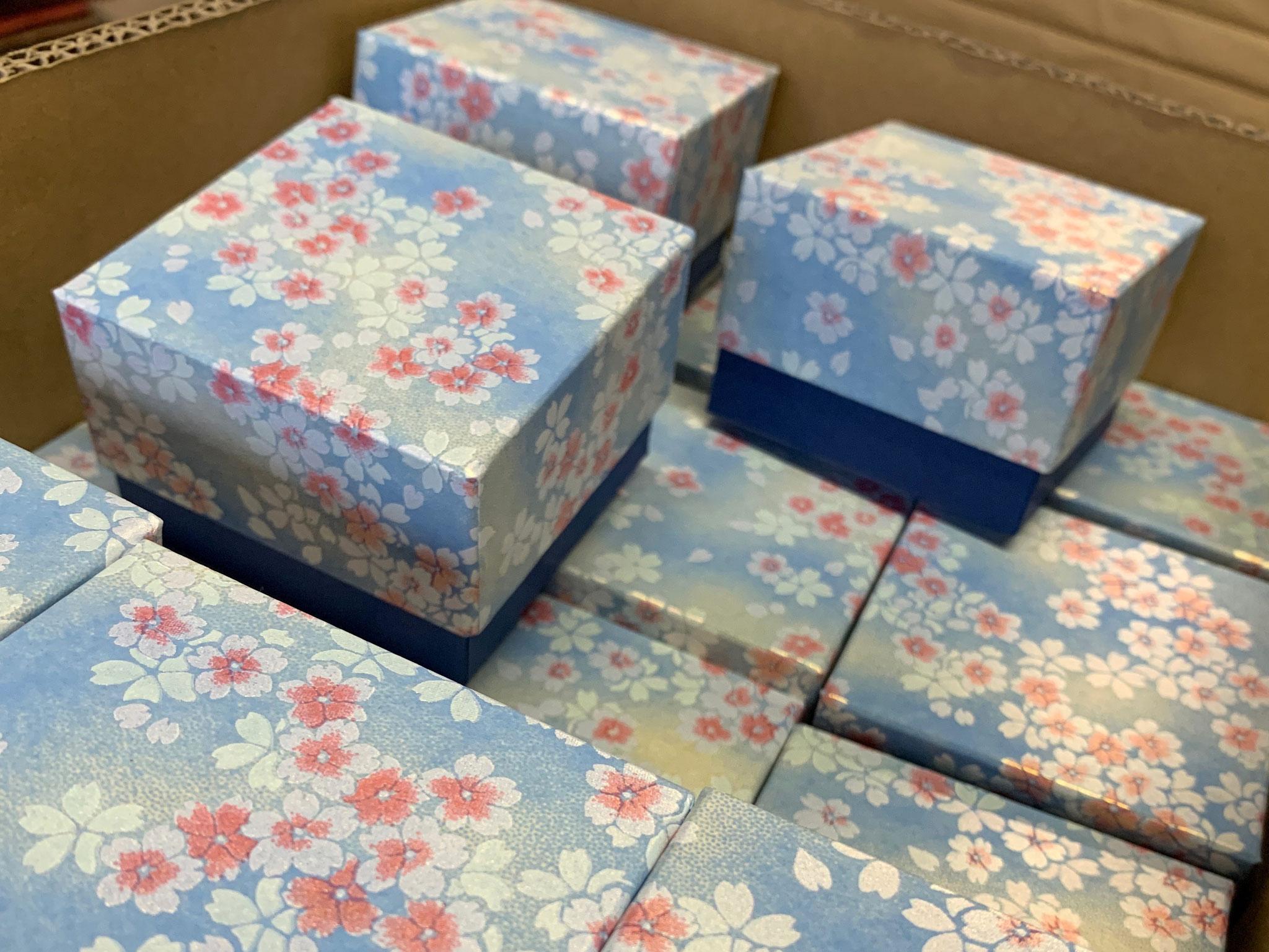 千代紙と鳥の子紙を使って別注で作製した貼り箱はスイスへ向けて発送しました